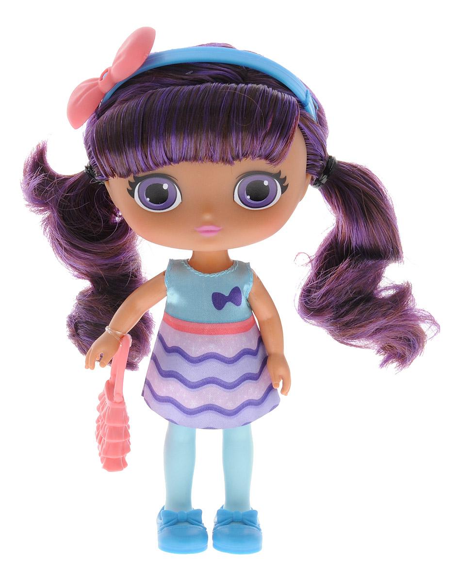 Little Charmers Кукла Lavender71701_20072876Очаровательная кукла Lavender станет лучшей подружкой вашей малышки. Куколка одета в короткое платье с голубым верхом и фиолетово-сиреневым низом. На ногах куклы симпатичные голубые туфельки. Модный образ дополняют голубой ободок с розовым бантиком и розовая сумочка. У куклы длинные темные волосы с фиолетовыми прядями, которые можно расчесывать и заплетать из них различные прически. Выразительный внешний вид и аккуратное исполнение куклы делает ее идеальным подарком для любой девочки. Порадуйте свою малышку таким великолепным подарком! Лавендер (Lavender) - героиня мультсериала Маленькие Волшебницы. Она очень умная, со спокойным характером. Лавендер изучает всевозможные зелья и заклинания. Свободное время она посвящает учебе или встречается с друзьями. Лавендер готова ради новых знаний сделать вещи, которые ей не очень-то нравятся - например, поцеловать лягушку.