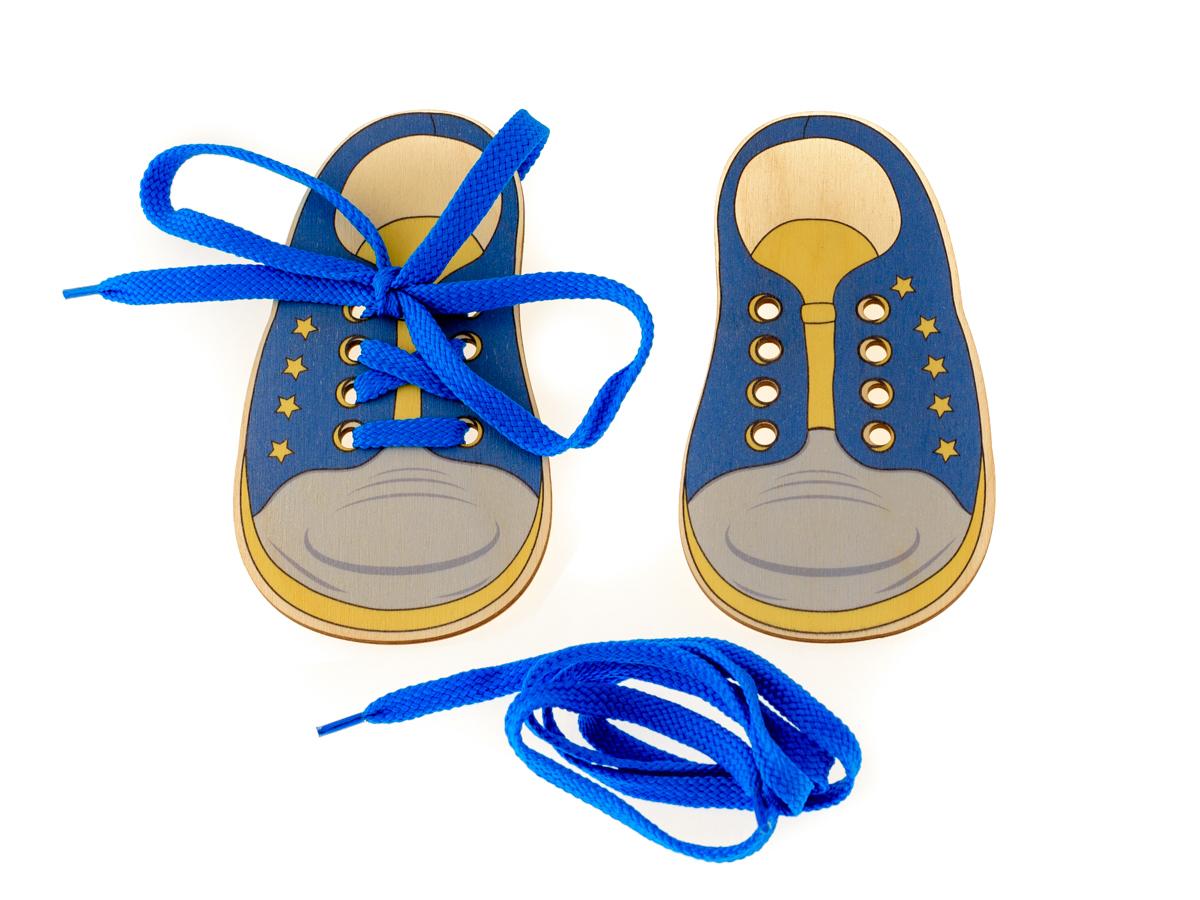 Развивающие деревянные игрушки Шнуровка Ботинки морскиеД426аШнуровка - незаменимая игрушка для развития мелкой моторики. А шнуровка в виде веселой игры станет для ребенка самым любимым развлечением. Данная шнуровка выполнена в форме детских ботиночек. Играя с данной шнуровкой ребенок не только сможет развить мелкую моторику, но и научится шнуровать свою обувь и завязывать шнурочки на бантик, а также узнает о том, что ботиночек бывает левым и правым, как и ножки ребенка.