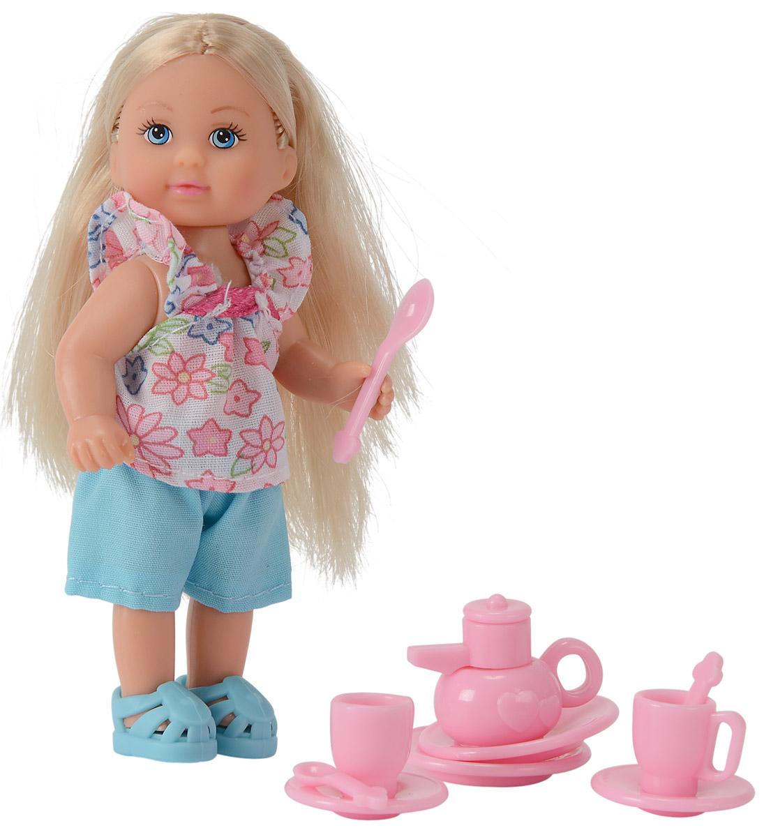 Simba Игровой набор Еви с кухонными аксессуарами5734830_шорты голубыеИгровой набор с мини-куклой Еви порадует вашу малышку и доставит ей много удовольствия от часов, посвященных игре с ней. Куколка со светлыми волосами одета в симпатичную кофточку в цветочек и голубые шортики. На ногах куклы - очаровательные голубые туфельки. Еви собирается угощать гостей чаем и накрывает на стол. В комплекте с мини-куколкой 2 чашки, 2 блюдца, 2 тарелочки, столовые приборы и чайник. Аксессуары выполнены из прочного материала розового цвета. Длинные волосы куколки можно расчесывать и делать разнообразные прически. Голова, ручки и ножки куклы подвижны. Игры с куклами способствуют эмоциональному развитию, помогают формировать воображение и художественный вкус, а также развивают в вашей малышке чувство ответственности и заботы. Великолепное качество исполнения делают эту куколку чудесным подарком к любому празднику.