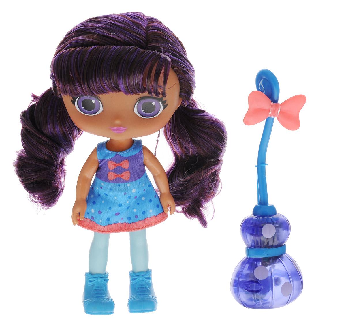 Little Charmers Мини-кукла Lavender с метлой71714_новинкаLavender - героиня мультсериала Маленькие волшебницы. Она очень умная, со спокойным характером. Лавендер изучает всевозможные зелья и заклинания. Свободное время она посвящает учебе или встречается с друзьями. Лавендер готова ради новых знаний сделать вещи, которые ей не очень-то нравятся - например, поцеловать лягушку. У куклы темно-фиолетовые волосы, собранные в два хвостика. Платье куклы - фиолетово-голубое, на ножках - голубые ботиночки. В комплект входит метла, оснащенная звуковыми и световыми эффектами. Конец метлы выполнен в виде причудливого фрукта, а рукоять изогнута и украшена бантиком. Посадите куклу на метлу и наклоните, имитируя полет - конец метлы засветится и раздастся звук полета. Рекомендуется докупить 3 батарейки напряжением 1,5V типа АG13/LR44 (товар комплектуется демонстрационными).