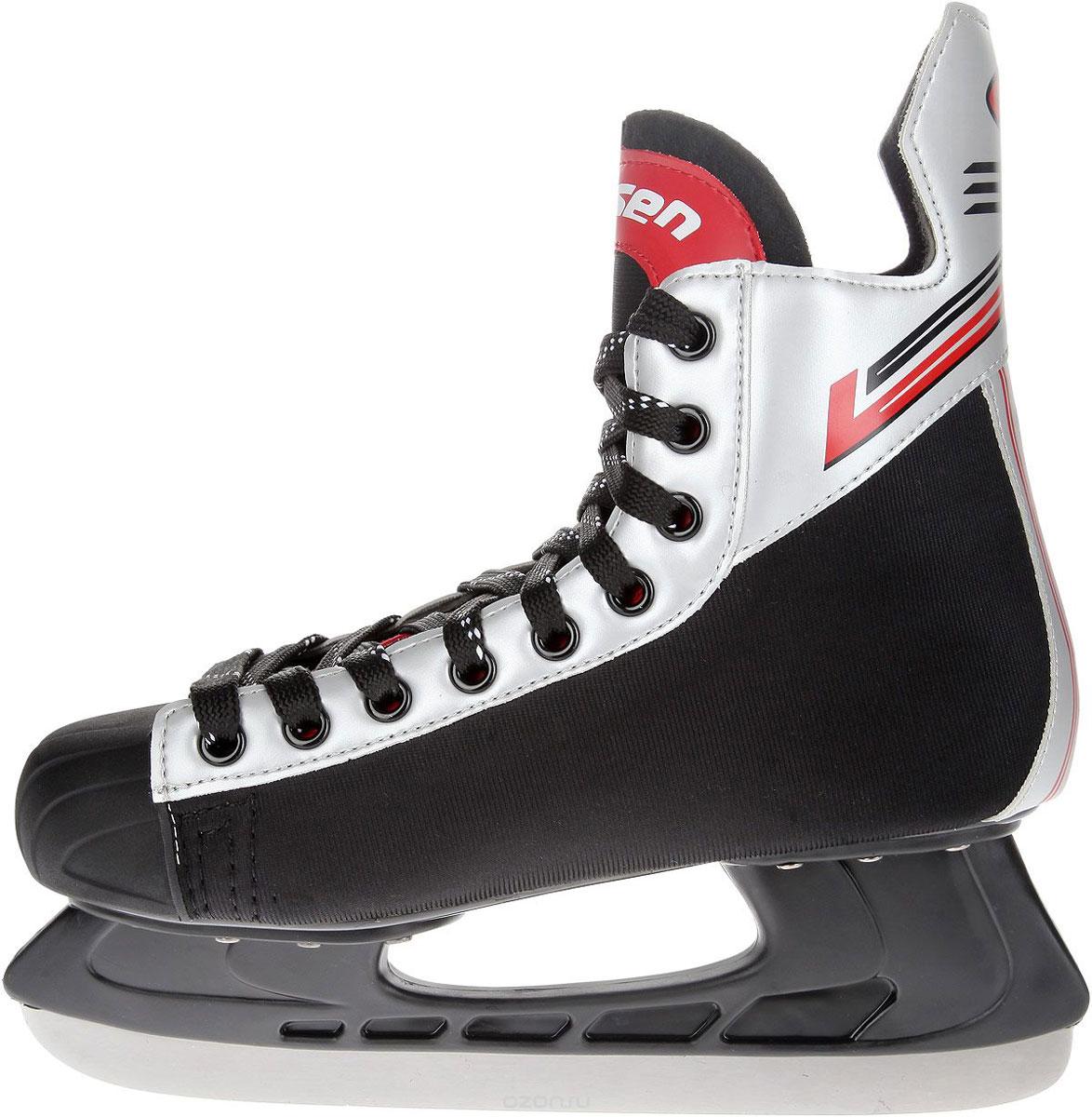 Коньки хоккейные мужские Larsen Alex, цвет: черный, серебристый, красный. Размер 45Alex_черный, серебристый, красный_45Стильные коньки Alex от Larsen прекрасно подойдут для начинающих игроков в хоккей. Ботинок выполнен из нейлона и морозоустойчивого поливинилхлорида. Мыс дополнен вставкой из полиуретана, которая защитит ноги от ударов. Внутренний слой изготовлен из мягкого текстиля, который обеспечит тепло и комфорт во время катания, язычок - из войлока. Плотная шнуровка надежно фиксирует модель на ноге. Голеностоп имеет удобный суппорт. Стелька из EVA с текстильной поверхностью обеспечит комфортное катание. Стойка выполнена из ударопрочного полипропилена. Лезвие из нержавеющей стали обеспечит превосходное скольжение. В комплект входят пластиковые чехлы для лезвий.