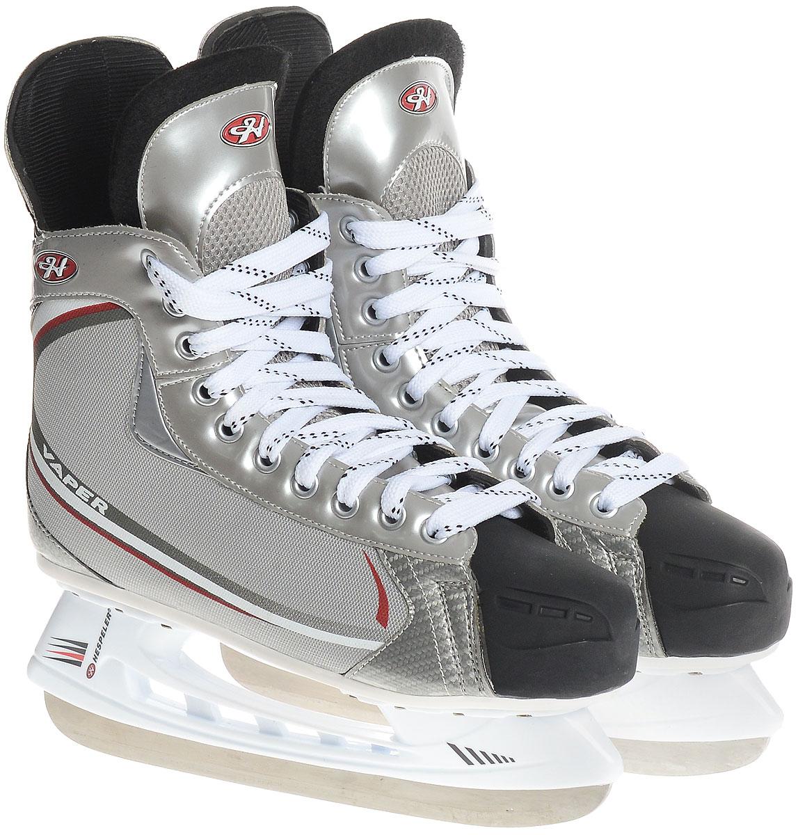 Коньки хоккейные мужские Hespeler Vaper, цвет: серый, белый, красный. Размер 45Vaper_серый, белый, красный_45Спортивные, облегченные хоккейные коньки с ударопрочной защитной конструкцией от Hespeler Vaper предназначены для соревнований и тренировок. Ботинки изготовлены из комбинации текстиля и морозостойкого полиуретана, который защитит ноги от ударов. Выполненные по всем необходимым стандартам, они имеют традиционную шнуровку с высоким задником и язычком, плотно обхватывающими ногу. Внутренняя часть и стелька выполнены из текстиля, а язычок - из войлока, который обеспечит тепло и комфорт во время катания. Прочные композитные вставки на носах выдержат даже сильные удары о бортик. Голеностоп имеет удобный суппорт. Изделие по бокам и на язычке декорировано оригинальным принтом и тиснением в виде логотипа бренда. Подошва - из твердого пластика. Лезвие изготовлено из стали со специальным покрытием, придающим дополнительную прочность. Стильные коньки придутся вам по душе.