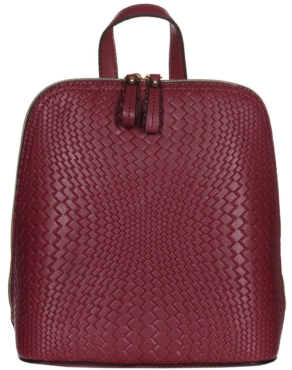 Рюкзак женский Jane Shilton, цвет: красный. 22142214Стильный женский рюкзак Jane Shilton не оставит вас равнодушной благодаря своему дизайну и практичности. Он изготовлен искусственной кожи и оформлен декоративным тиснением. На тыльной стороне расположен небольшой вшитый карман на молнии. Рюкзак оснащен удобными лямками, длина которых регулируется с помощью пряжек. Также рюкзак имеет удобную ручку, которая оформлена фирменной металлической подвеской. Изделие закрывается на удобную молнию. Внутри расположено главное отделение, которое разделяет карман-средник на молнии. Также внутри расположен один открытый накладной карман для телефона и один вшитый карман на молнии для мелочей. Такой модный и практичный рюкзак завершит ваш образ и станет незаменимым аксессуаром в вашем гардеробе.
