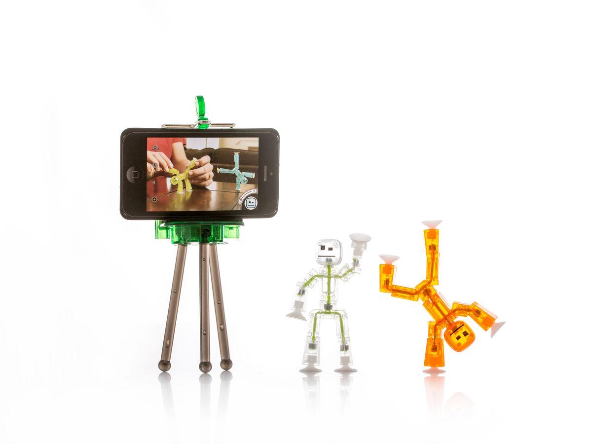 Stikbot Набор фигурок СтикботыTST615Студия анимации Stikbot – это возможность создавать собственные мультфильмы просто и с удовольствием.Уникальные фигурки стикботы помогут вам создавать забавные видеоролики, используя специальное приложение для мобильных устройств, которое вы можете скачать бесплатно на App Store и Google Play. Фигурки выполнены из полупрозрачного пластика. Уникальная конструкция человечков позволяют придавать им различные позы и фиксировать их в разных положениях. На руках и ногах фигурок находятся присоски - с их помощью вы можете крепить человечков к любым плоским поверхностям. В набор входит подставка для мобильного телефона и два подвижных человечка-стикбота оранжевого и белого цвета.