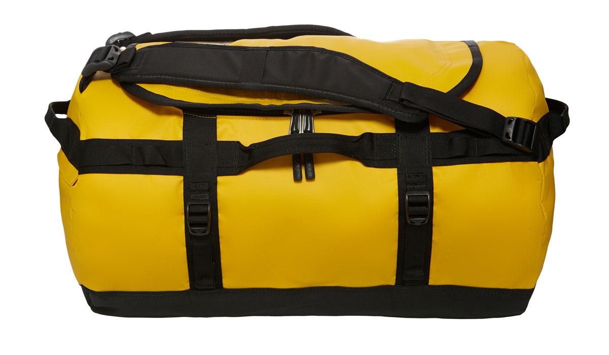 Сумка дорожная The North Face Base Camp Duffel, цвет: желтый. T0CWW3ZU3T0CWW3ZU3Наш уникальный невероятно прочный баул для экспедиций, покоривший сердца поклонников в разных странах мира, теперь стал еще лучше! Емкость 50 литров позволяет упаковать всю нужную одежду и снаряжение. Усовершенствованные эргономичные плечевые лямки препятствуют перекручиванию изделия, предоставляя комфорт в течение длительного времени, а новые боковые ручки с наполнителем позволяют носить изделие как на плече, так и в руках. В боковом кармане на молнии можно разместить телефон и документы для легкого доступа в пути, а конструкция из прочного ламинированного баллистического нейлона обеспечит надежность в любой ситуации.
