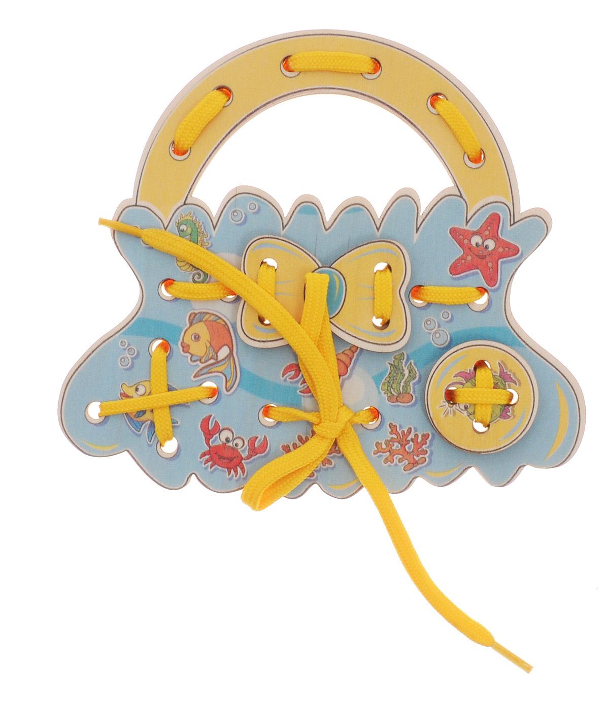Развивающие деревянные игрушки Шнуровка-сумочка МорскаяД476аШнуровка Развивающие деревянные игрушки Морская выполнена в виде сумочки для маленьких модниц. Играя с этой шнуровкой, ребенок научится шнуровать и завязывать шнурочки на бантик. Игрушка поможет ребенку развить воображение, научиться компоновать и привязывать различные элементы друг к другу, создавая свой модный детский аксессуар. Шнуровка - незаменимая игрушка для развития мелкой моторики. А шнуровка в виде веселой игры станет для ребенка самым любимым развлечением.