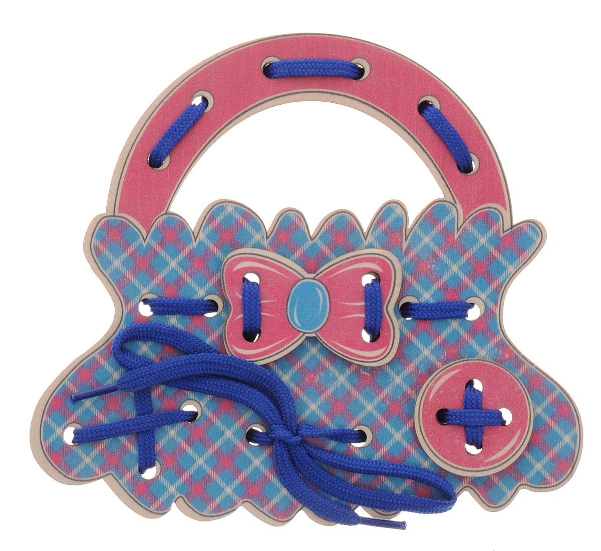 Развивающие деревянные игрушки Шнуровка Сумочка шотландкаД471аШнуровка Развивающие деревянные игрушки выполнена в виде сумочки для маленьких модниц. Играя с этой шнуровкой ребенок научится шнуровать и завязывать шнурочки на бантик. Игрушка поможет ребенку развить воображение, научиться компоновать и привязывать различные элементы друг к другу, создавая свой модный детский аксессуар. Шнуровка - незаменимая игрушка для развития мелкой моторики. А шнуровка в виде веселой игры станет для ребенка самым любимым развлечением.