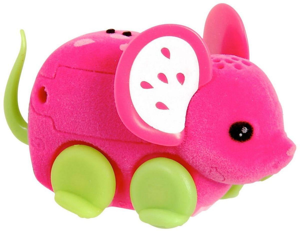 Little Live Pets Интерактивная игрушка Мышка цвет малиновый28190/ast28135(28187,28188,28189,28190,28191,28192)Интерактивная игрушка Little Live Pet Мышка изготовлена из высокопрочного пластика, обтянутого флоком. Тело игрушки на ощупь напоминает настоящую шерстку мышонка. Вместо лапок у мышки - колесики. Благодаря колесам мышка легко и быстро передвигается, разворачивается по кругу. Если мышка засыпает, ее нужно погладить по спинке. Там у нее расположен сенсор. Кнопка включения расположена на месте рта. Мышка умеет издавать звуки, похожие на настоящий писк и фырканье. Игрушка развивает внимательность, фантазию и мелкую моторику. Рекомендовано для детей от 5 лет. Для работы требуются 3 батарейки типа AG13 (LR44) (комплектуется демонстрационными).