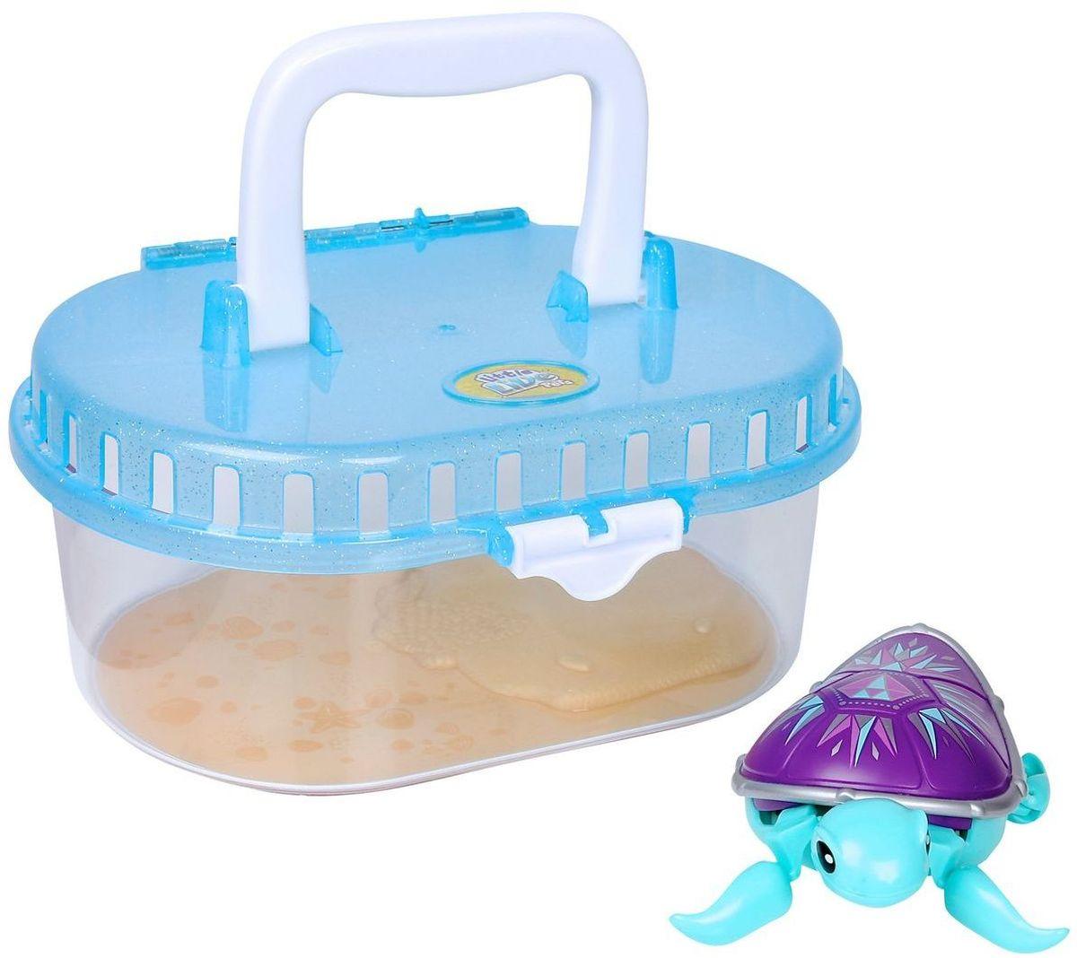 Moose Интерактивная игрушка Черепашка в аквариуме 2818228182Интерактивная игрушка Moose Черепашка в аквариуме без сомнения заинтригует детей, которые очень любят животных. Игрушка выполнена из прочных материалов и обладает интересным окрасом. От своих живых собратьев черепашка отличается яркой расцветкой. Голова и ласты выкрашены в голубой цвет, а ее фиолетовый панцирь украшен разнообразными рисунками. На брюшке черепахи находится кнопка для включения - выключения игрушки. Питомец отлично ползает по суше, а так же плавает в воде. При движении черепашка передвигает ластами и шевелит головой словно настоящая. В комплекте с черепашкой идет специальная коробка с ручкой. Ее можно использовать для переноски питомца или же, как аквариум. Дно коробки имитирует берег и песчаное дно. Оно не пропускает воду. Купание с таким питомцем обязательно вызовет у ребенка неподдельный восторг, даже нелюбимое занятие как мытье головы пройдет незамеченным. Для работы понадобится батарейка типа ААА (в комплект не входит).