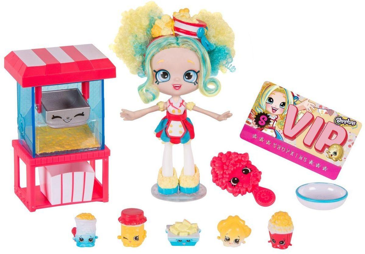 Shopkins Игровой набор с мини-куклой Лавка попкорна Попетт56339Игровой набор Shopkins Лавка попкорна Попетт принесет массу положительных эмоций любительницам Shopkins. В комплект входит маленькая кукла Shoppie, пять эксклюзивных фигурок Shopkins, машина для изготовления попкорна, чаша для смешивания, коробка для попкорна, расческа, подставка для куклы и Vip карта. Яркие и веселые фигурки в виде разных вкусностей не смогут остаться без внимания ребенка.Милая куколка с желто-голубыми кудрявыми волосами одета в яркое красно-голубое платье. Когда девочка захочет расчесать ее волосы, она может воспользоваться яркой расческой с большими глазками. С помощью подставки кукла может самостоятельно стоять. Красно- голубая машина для попкорна вмещает в себя серебристую коробку. Каждая фигурка найдет в этом наборе свое место. С таким игровым набором ваш ребенок сможет пофантазировать и придумать новые забавные истории.