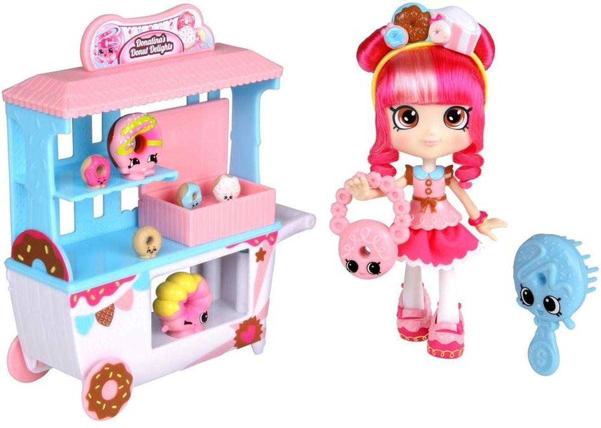 Shopkins Набор фигурок Пончик Счастья Донатины56186Игровой набор Shopkins Пончик Счастья Донатины - отличное приобретение для девочки! Яркая блистерная упаковка дает возможность увидеть все содержимое набора. В комплект входит куколка Shoppie, две эксклюзивные фигурки Shopkins, четыре мини-фигурки, тележка, сумочка, расческа и VIP-карточка. Милая куколка с ярко-розовыми вьющимися волосами одета в розовое платье с голубым воротничком. Когда девочка захочет расчесать ее волосы, она может воспользоваться голубой расческой с большими глазками. Бело-голубая тележка с розовой крышей предназначена для перевозки пончиков. На ней есть все необходимые полочки. Фигурки выглядят очень жизнерадостными. Их добродушные мордашки с маленькими глазками и носиками обязательно привлекут внимание ребенка. Рекомендуемый возраст: от 5 лет.