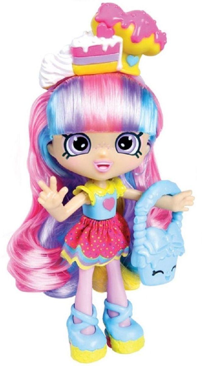 Shopkins Мини-кукла Радужная Кэти56265/ast56343(56263,56264,56265)Мини-кукла Shopkins Радужная Кэти сможет понравиться всем поклонницам игрушек Шопкинс. Кэти одета в радужном стиле. Летнее платье с голубым верхом имеет желтые короткие рукава и воротник. Пышная короткая юбка имеет два слоя. Верхний слой выполнен из розовой ткани в горошек. Нижний слой напоминает радугу, так как окрашен полосками разных цветов. Голубые туфли на желтой подошве отлично сочетаются с модной голубой сумочкой.