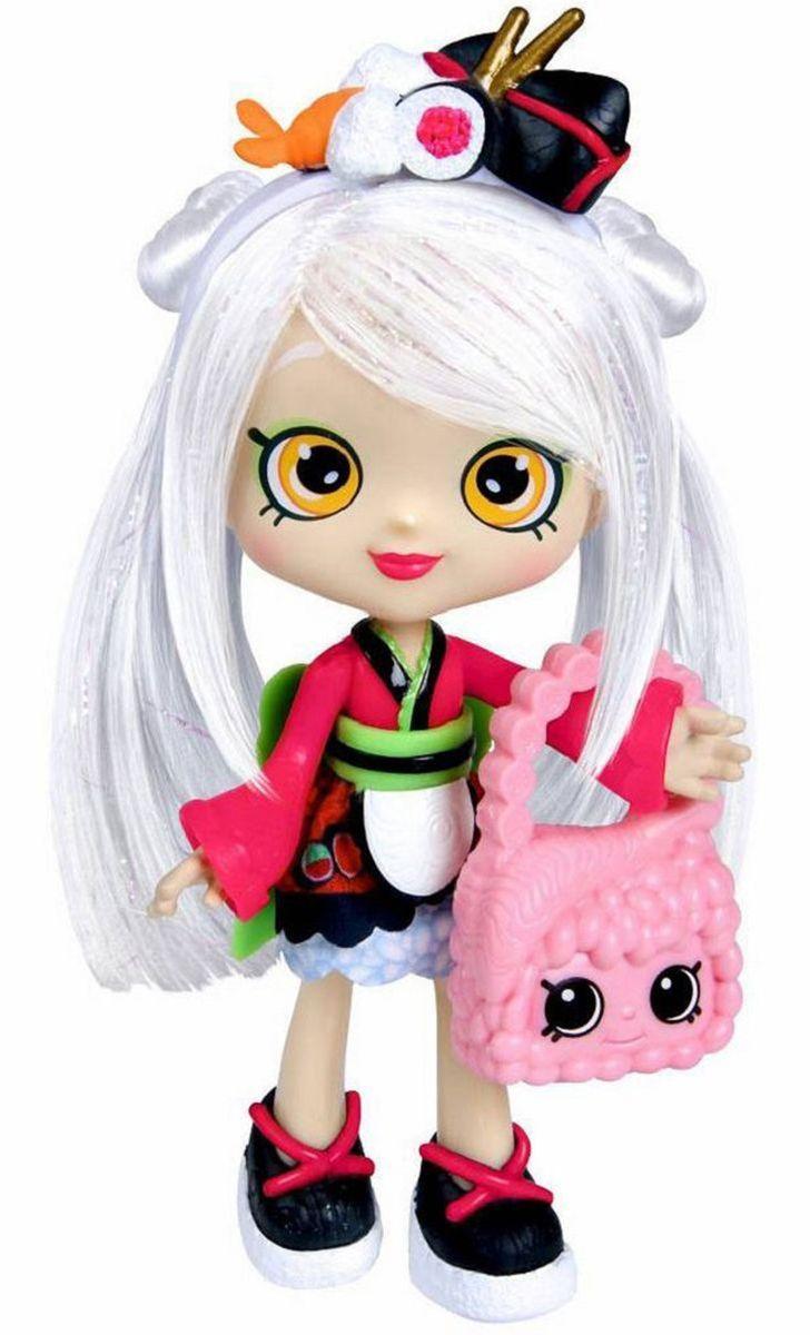 Shopkins Кукла Сара-Суши с аксессуарами56264/ast56343(56263,56264,56265)Кукла Shopkins Сара-Суши с аксессуарами невероятно хороша! Сара-Суши одета в японском стиле. Красное платье с черными и зелеными полосками имеет широкий пояс и вставку в виде фартука. Черные туфли на широкой белой подошве украшены красными шнурками. Стильная розовая сумочка хорошо подходит к одежде. @# Длинные светлые волосы, покрытые блестками, аккуратно убраны в прическу. Белый ободок с украшением в виде суши дополняет прическу. @# В комплект входит: кукла, сумочка, 2 эксклюзивных Shopkins, расческа, VIP карточка и подставка для куклы. Если скачать бесплатное приложение Shopkins и ввести код с карточки, то ты получишь VIP доступ и бонусы! @# Игрушка продается в красочной блистерной упаковке. @# Рекомендуемый возраст: от 3 лет.