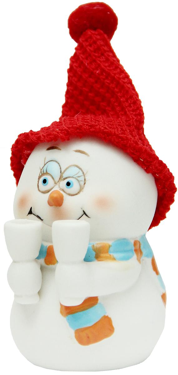 Фигурка новогодняя Magic Time Снеговик с бокалами, высота 8 см38338Новогодняя декоративная фигурка Magic Time Снеговик с бокалами прекрасно подойдет для праздничного декора вашего дома. Сувенир изготовлен из керамики в виде забавного снеговика. Такая оригинальная фигурка красиво оформит интерьер вашего дома или офиса в преддверии Нового года. Создайте в своем доме атмосферу веселья и радости, украшая его всей семьей красивыми игрушками, которые будут из года в год накапливать теплоту воспоминаний.