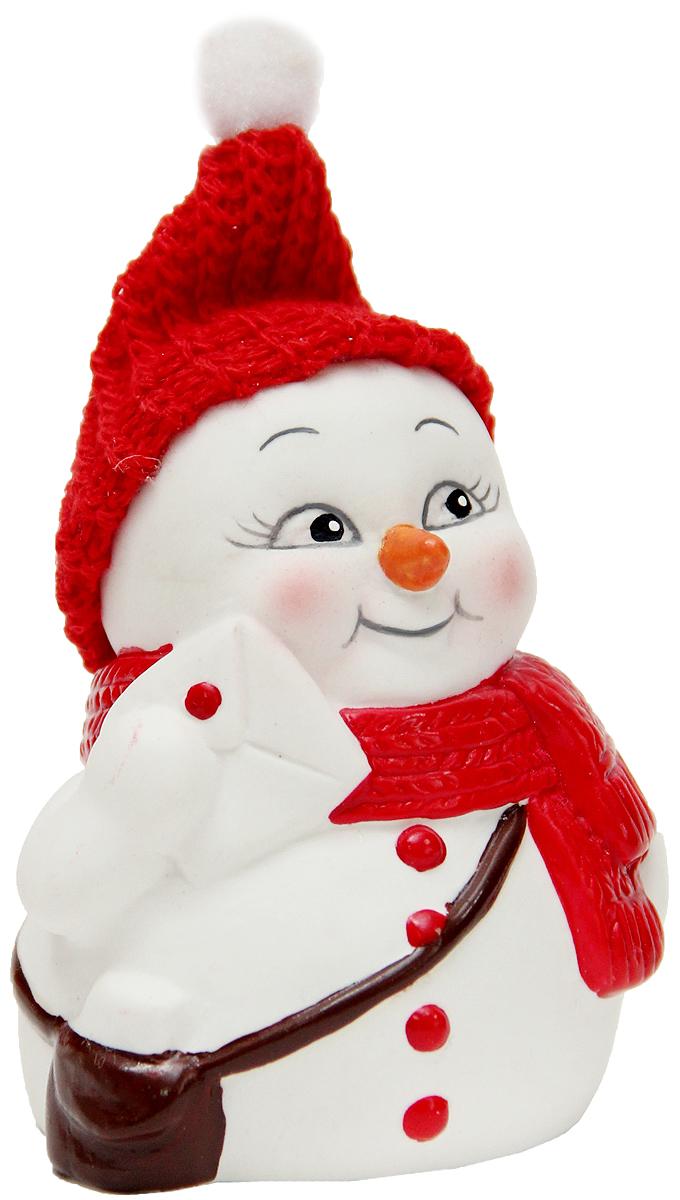 Фигурка новогодняя Magic Time Снеговик-почтальон, высота 8 см41740Новогодняя декоративная фигурка Magic Time Снеговик-почтальон прекрасно подойдет для праздничного декора вашего дома. Сувенир изготовлен из керамики в виде забавного снеговика. Такая оригинальная фигурка красиво оформит интерьер вашего дома или офиса в преддверии Нового года. Создайте в своем доме атмосферу веселья и радости, украшая его всей семьей красивыми игрушками, которые будут из года в год накапливать теплоту воспоминаний.