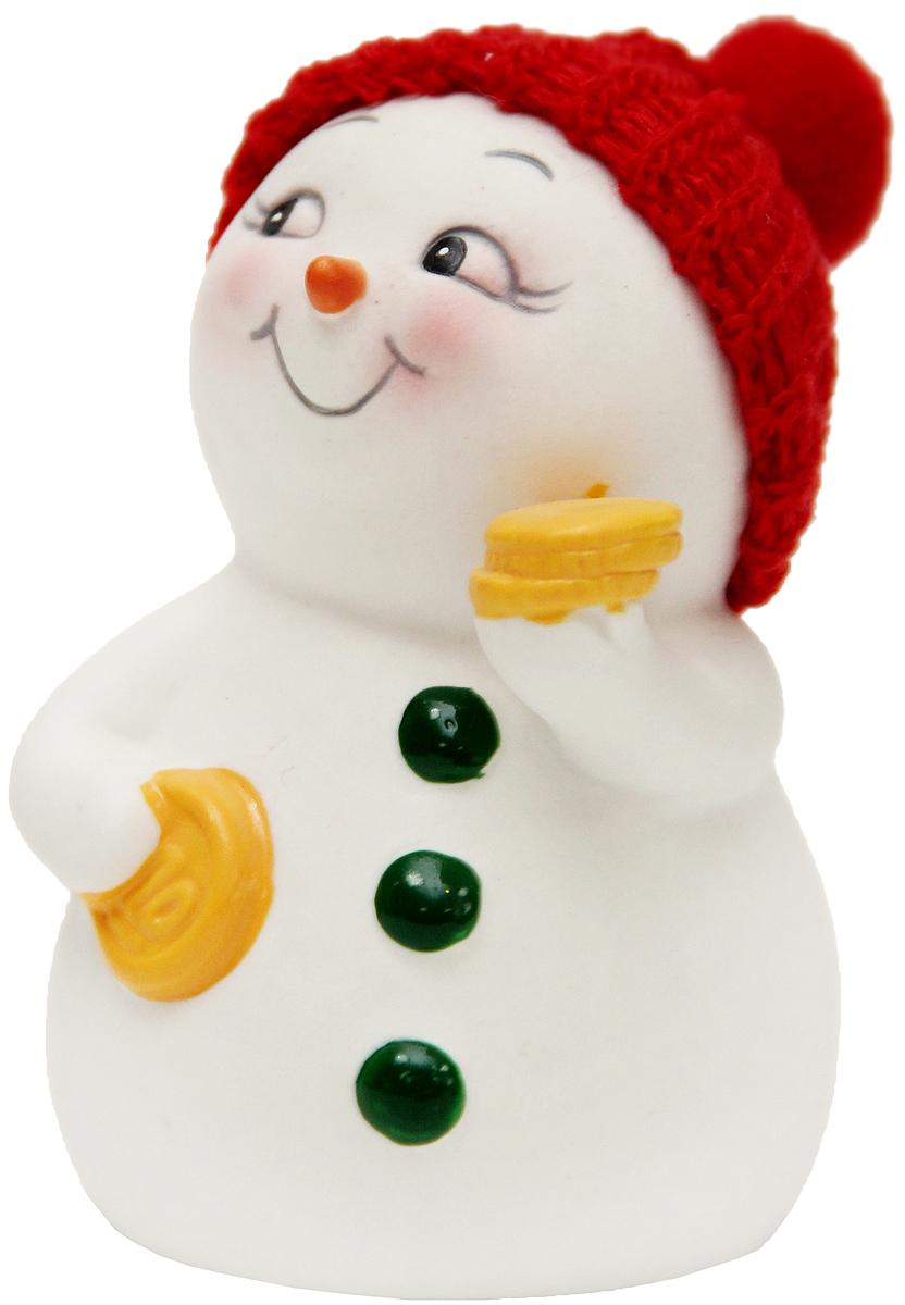 Фигурка новогодняя Magic Time Снеговик с монетами, высота 8 см41745Новогодняя декоративная фигурка Magic Time Снеговик с монетами прекрасно подойдет для праздничного декора вашего дома. Сувенир изготовлен из керамики в виде забавного снеговика. Такая оригинальная фигурка красиво оформит интерьер вашего дома или офиса в преддверии Нового года. Создайте в своем доме атмосферу веселья и радости, украшая его всей семьей красивыми игрушками, которые будут из года в год накапливать теплоту воспоминаний.