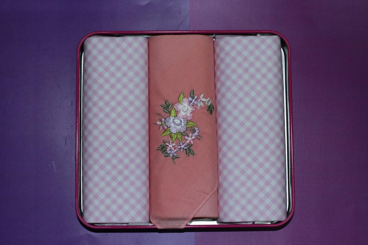 90330-2 Zlata Korunka Носовой платок женский, цвет: мультиколор, 28х28 см, 3 шт90330-2Платки носовые женские в упаковке по 3 шт. Носовые платки изготовлены из 100% хлопка, так как этот материал приятен в использовании, хорошо стирается, не садится, отлично впитывает влагу.