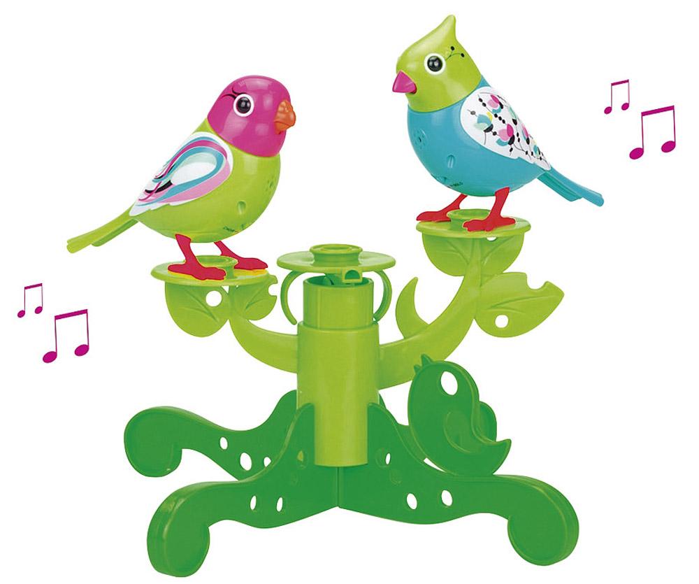 DigiFriends Интерактивная игрушка Птички на дереве цвет бирюзовый салатовый88237S_бирюзовый, салатовыйДве поющие птички DigiFriends на подставке-дереве подарят ребенку множество незабываемых игр. Птички умеют петь как соло, так и в хоре - вместе с другими птичками и игрушками DigiFriends. Дерево состоит из отдельных элементов-веток, которые ребенок может перестраивать по своему вкусу. Чтобы активировать у птичек режим проигрывания мелодий и птичьего щебета, достаточно посвистеть в свисток, имеющийся в комплекте или подуть на клюв в течение 3-х секунд. Кольцо-свисток может быть использовано в качестве насеста-переноски. Каждая игрушка издает 20 музыкальных мелодий и звуков на манер живого птичьего свиста. Головы птичек двигаются в такт мелодиям, а клювики - открываются. Игрушки могут спеть вместе со всеми персонажами DigiFriends в режиме хор. Заведите целый птичий ансамбль подарите малышу несколько птичек и выберите один из двух режимов - «соло» или «хор». Включите игрушки по очереди и расположите их в 5-10 см друг от друга. В каждую птицу встроен...