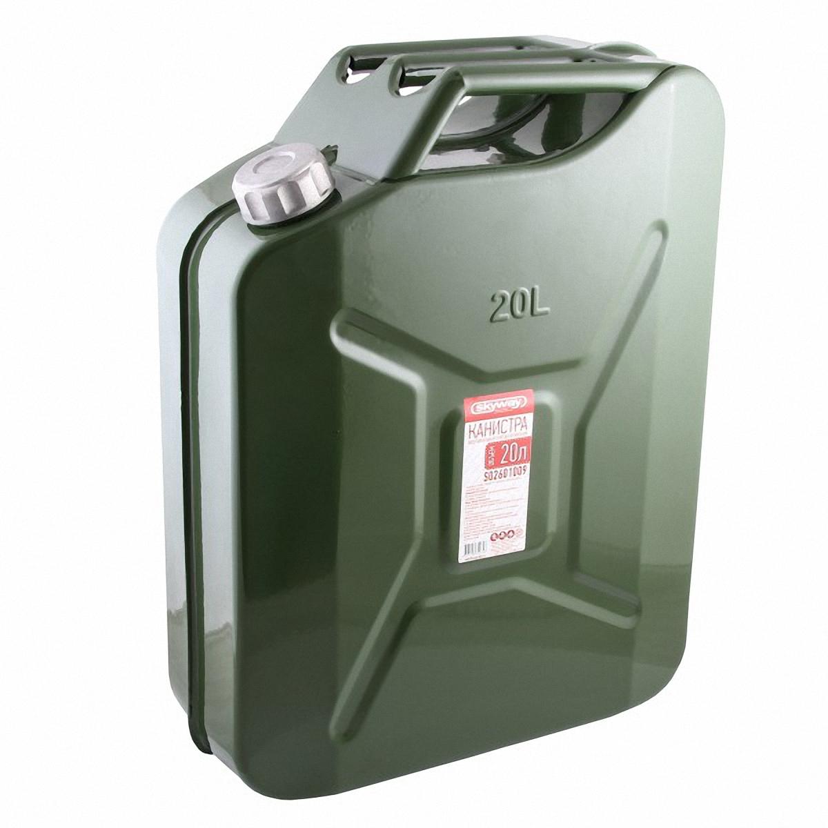 Skyway Канистра 20л.. S02601009S02601009Металлическая канистра предназначена для хранения жидкостей, в том числе топлива и топливных смесей. Изготовлена из стали холодного проката, что обеспечивает повышенную прочность. Внешняя поверхность оцинкована и окрашена. Внутреннее фосфатированное антикорозийное покрытие препятствует образованию ржавчины. Ребра жесткости на боковых поверхностях канистры придают ей прочность при механических воздействиях. Устойчивая конструкция канистры предотвращает ее перемещение в багажнике при интенсивном движении, снижая уровень нежелательного шума. Три рукоятки позволяют нести канистру как одному, так и вдвоем. Форма профиля резьбы предохраняет содержимое от протекания. Специализированная форма носика исключает проливание жидкости. В комплет канистры входит трубка-лейка, что позволяет наполнить любую неудобно расположенную емкость.