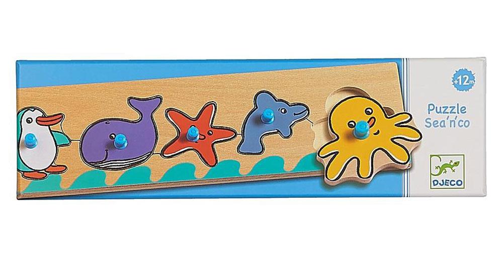 Djeco Пазл для малышей Море01110Пазл для малышей Djeco Море - красочный деревянный обучаюший пазл и веселая игрушка, необходимая в первые годы ребенка. Яркий пазл с животными привлечет внимание ребенка, он будет с удовольствием рассматривать и соединять яркие детали. На деревянной основе расположены 5 фигурок морских обитателей: пингвин, кит, морская звезда, дельфин и осьминог. Для каждого из них необходимо найти место, подобрав по форме соответствующую ячейку. На каждой фигурке имеется специальная ручка, чтобы ребенку было удобно брать пазл и перемещать его.