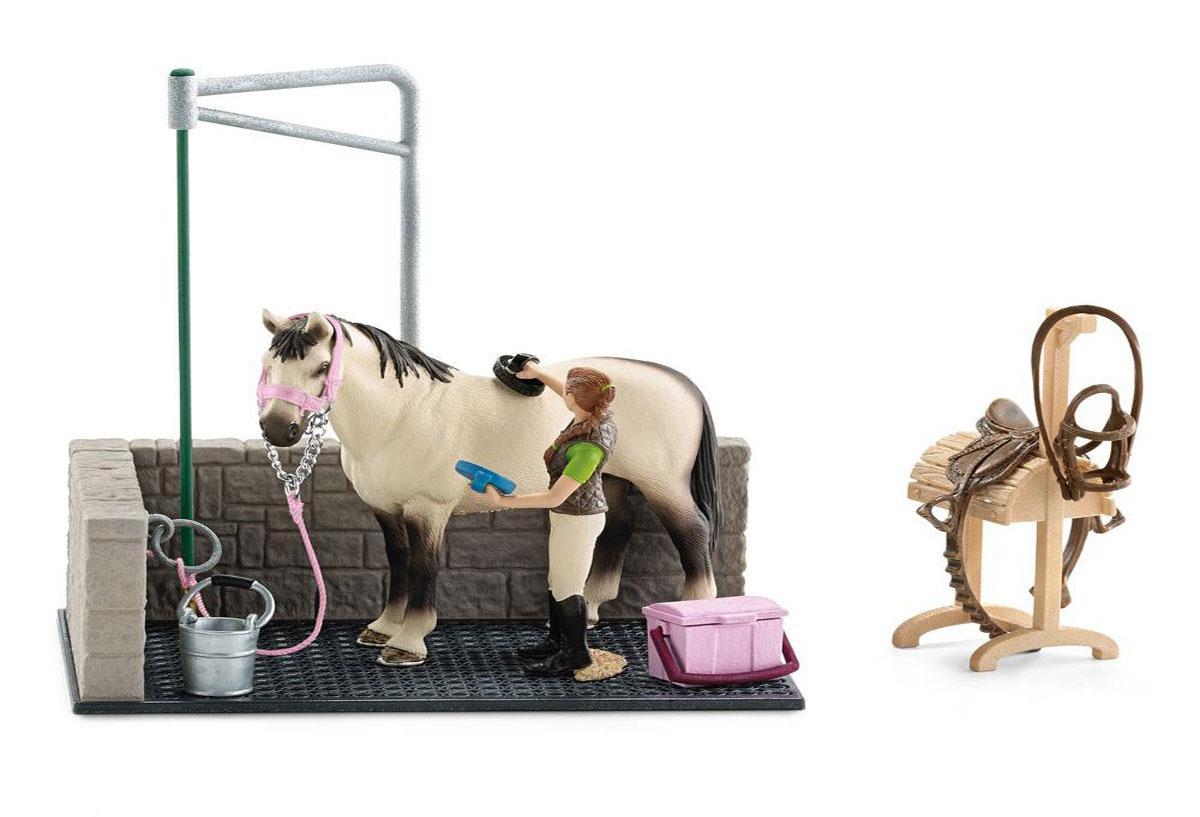 Schleich Игровой набор Моечная площадка42104Игровой набор Schleich Моечная площадка позволит совершать ежедневные процедуры в конюшне и заботиться о красоте и здоровье своей лошадки. Игровой набор представляет удобную стойку, в которой будет комфортно стоять лошадке, ее можно привязать, и сняв снаряжение для верховой езды, чистить и причесывать гриву. Игровой набор понравится каждому поклоннику фигурок лошадок Schleich и подойдет для создания реалистичных игр на конюшне. Удобный аксессуар подходит к лошадкам Schleich. Набор выполнен из прочных качественных материалов, безопасных для детей.