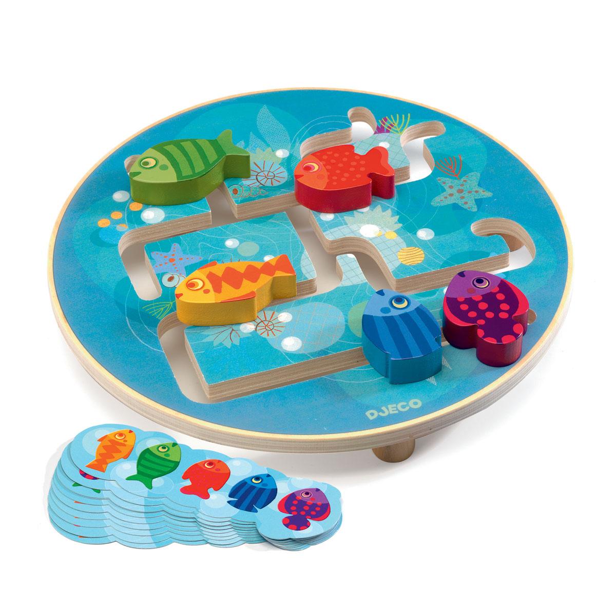 Djeco Развивающая игрушка Головоломка Рыбки01689Развивающая игрушка Djeco Головоломка. Рыбки - забавная увлекательная игра, которая надолго увлечет малыша. Игра представляет собой круглое поле голубого цвета, на котором имеются специальные полозья. По полозьям перемещаются яркие разноцветные рыбки. Задача малыша - поселить всех рыбок в домики на разных концах аквариума. Набор прекрасно развивает смекалку ребенка, внимательность. Учит его усидчивости. Все детали набора изготовлены из высококачественных материалов.