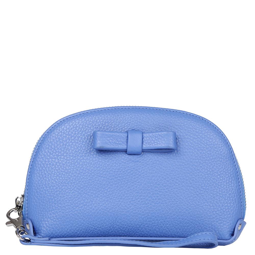 Косметичка женская Fabretti, цвет: синий. 160116A-B2-blue160116A-B2-blueЭлегантная и модная косметичка от итальянского бренда Fabretti выполнена из натуральной мягкой кожи, которая имеет пористую фактуру. Нежный небесный цвет, изящный бант и фурнитура в серебряном цвете позволили дизайнерам создать грациозный и невероятно женственный аксессуар, который понравится любительницам романтического стиля. Внутри находится одно отделение, в которое вы сможете уместить все приятные дамские мелочи. Аксессуар закрывается на прочную молнию со стальным поводком. Удобный ремешок позволит вам носить косметичку на руке.