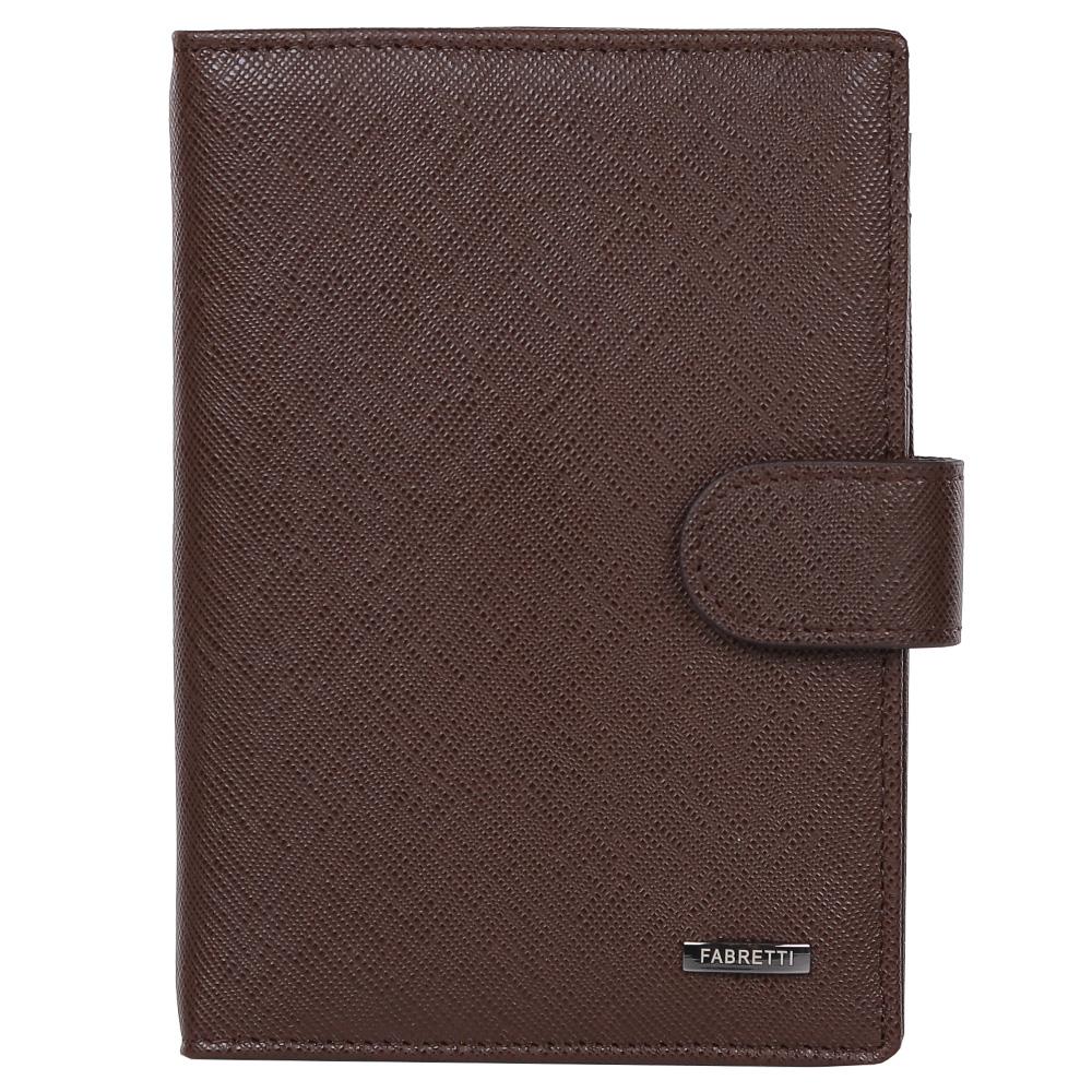 Обложка для документов мужская Fabretti, цвет: коричневый. 53003-brown saf53003-brown safМужская обложка для документов Fabretti выполнена из натуральной кожи. Изделие раскладывается пополам и закрывается на хлястик с кнопкой. Обложка содержит съемный блок из шести прозрачных файлов из мягкого пластика, один из которых формата А5, два боковых прозрачных кармана и отделение для паспорта с тремя боковыми карманами и пятью кармашками для пластиковых карт, один из которых с прозрачным окошком.