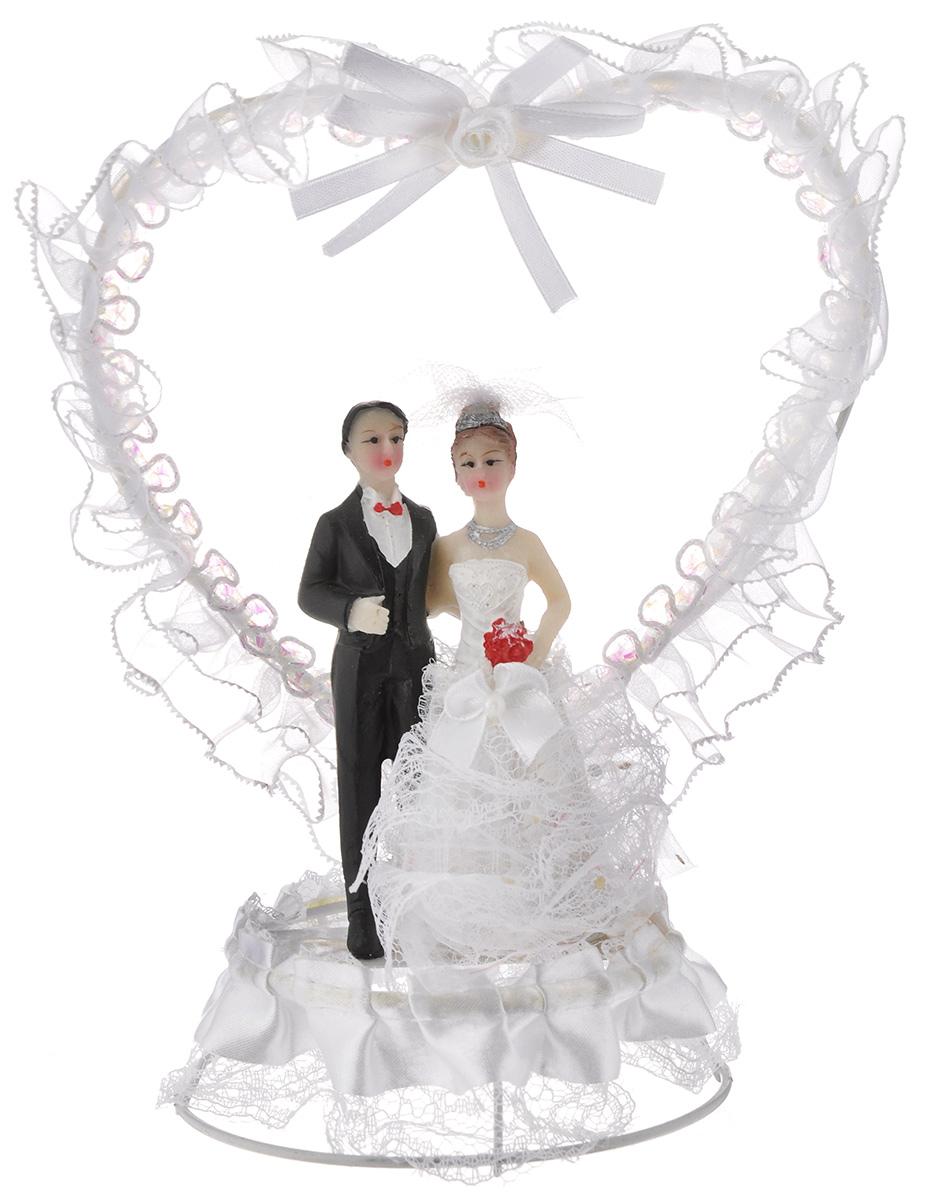 Фигурка декоративная Win Max Жених и невеста, 20 см27906Декоративная фигурка Win Max Жених и невеста изготовлена из полистоуна и текстиля. Изделие представляет собой круглую подставку с фигурками жениха и невесты, украшенных тесьмой. Такая фигурка идеально впишется в свадебный интерьер и будет радовать вас своим видом в самый важный день в вашей жизни. Высота фигурки: 20 см.