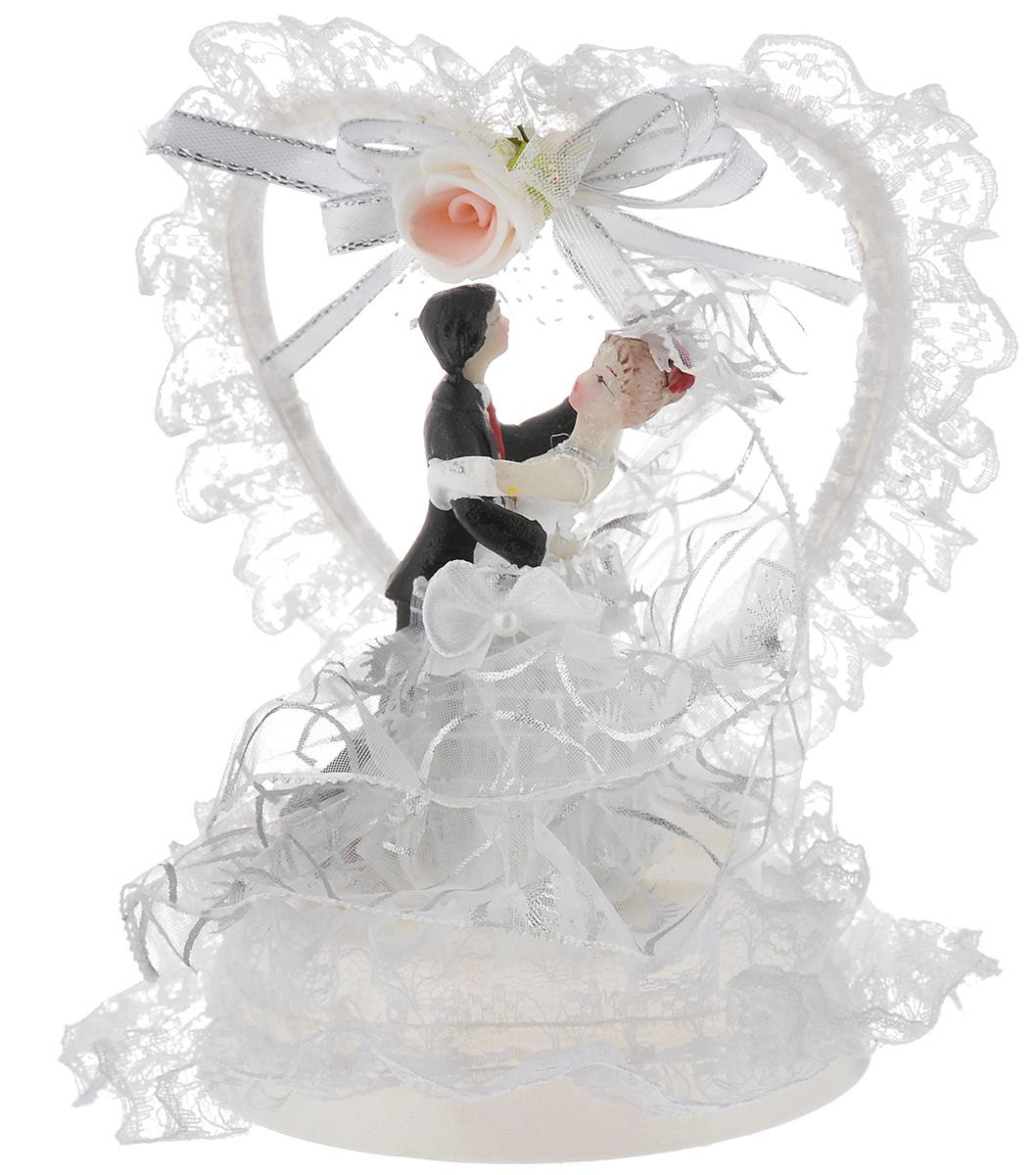 Фигурка декоративная Win Max Жених и невеста, 14 см27905Декоративная фигурка Win Max Жених и невеста изготовлена из полистоуна и текстиля. Изделие представляет собой круглую подставку с фигурками жениха и невесты, украшенных тесьмой. Такая фигурка идеально впишется в свадебный интерьер и будет радовать вас своим видом в самый важный день в вашей жизни. Высота фигурки: 14 см.