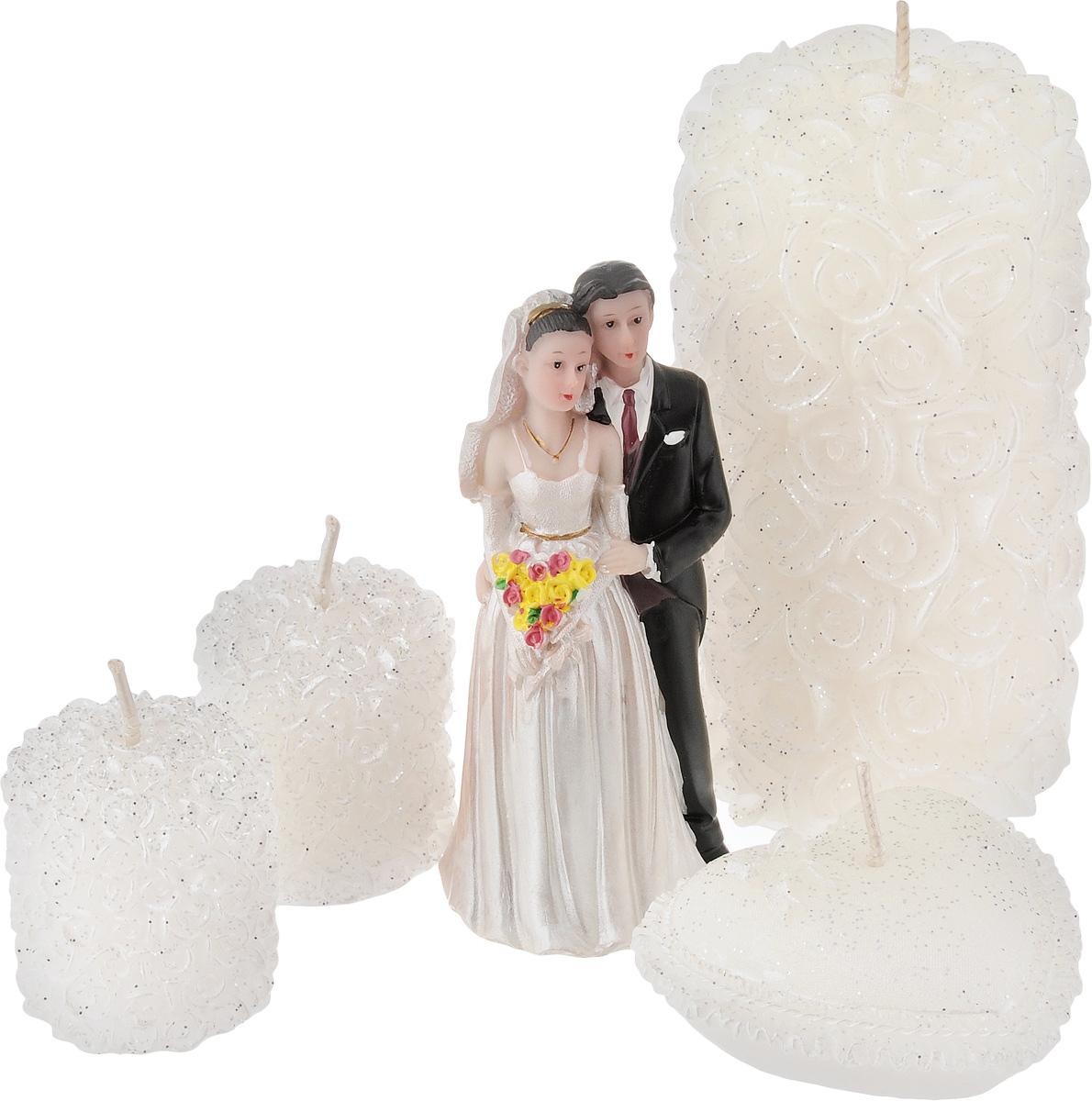 Набор декоративных свечей Win Max Свадебный, 4 шт. 9443594435Набор декоративных свечей Win Max Свадебный представляет собой набор из четырех свечей и фигурки жениха и невесты. Набор упакован в красивую коробку и перевязан лентой. Свечи создают атмосферу уюта и романтики. Яркая свеча будет прекрасным дополнением к вашему празднику. Симпатичный сувенир послужит отличным подарком. Размеры свечей: - одна свеча 6 х 6 х 11 см, - одна свеча 6,5 х 6,5 х 2,5 см, - две свечи 3,5 х 3,5 х 4 см, Размер статуэтки: 4,5 х 4,5 х 10 см.