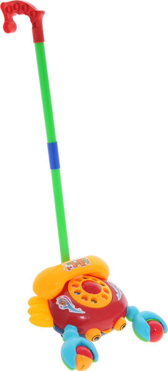 Amico Игрушка-каталка Телефон44425Игрушка-каталка Amico Телефон - веселый телефон-рак. Каталка представляет собой классический телефонный аппарат с диском и съемной трубкой. Ребенок может крутить диск телефона, чтобы набрать номер, при этом игрушка издает характерный звук. Когда ребенок катает игрушку по полу - рак-телефончик будто оживает: его клешни двигаются, задорно гремя (рак держит 2 шарика с гремящими элементами, которые перекатываются при движении), высовывает язык. При катании игрушка издает звук колокольчика. Палка (сборная) вставляется в игрушку. Детская складная каталка предназначена для малышей, которые уже начали ходить самостоятельно. Яркие, забавные образы принесут радость и веселье во время игр. Гремящие, шуршащие элементы развлекут вашего малыша. Модель поможет развить координацию движения, тактильные навыки и мелкую моторику рук ребенка, а издаваемые ею звуки активно стимулируют его слух.