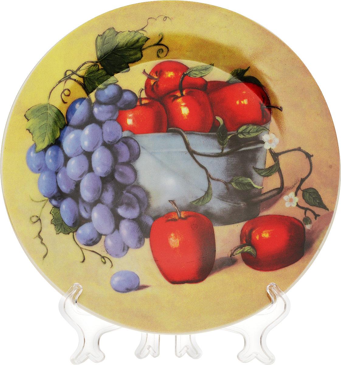 Тарелка декоративная Натюрморт с яблоками, диаметр 18 см515-477Декоративная тарелка Натюрморт с яблоками станет достойным украшением вашего интерьера. Сувенирная тарелка выполнена из фарфора, декорирована оригинальным красочным рисунком. В комплект с тарелкой входит пластиковая подставка. Тарелка сочетает в себе изысканный дизайн и красочность оформления, которая придется по вкусу и ценителям классики, и тем, кто предпочитает утонченность и изящность. А также такая тарелка послужит хорошим подарком, для людей, ценящих красивые и оригинальные вещи.
