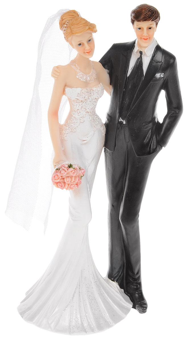 Фигурка декоративная Win Max Свадебная, высота 21 см127849Декоративная фигурка Win Max Свадебная изготовлена из полистоуна. Изделие представляет собой фигурку жениха и невесты. Такая фигурка идеально впишется в свадебный интерьер в качестве украшения и будет радовать вас своим видом в самый важный день в вашей жизни. Размер изделия: 21 х 80 х 60 см.