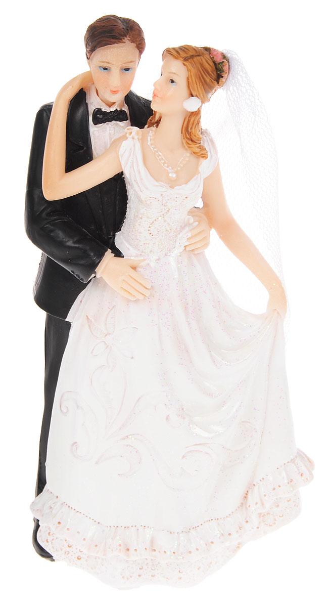 Фигурка декоративная Win Max Свадебная, высота 16 см. 127840127840Декоративная фигурка Win Max Свадебная изготовлена из полистоуна. Изделие представляет собой фигурку жениха и невесты, украшенную тесьмой и блестками. Такая фигурка идеально впишется в свадебный интерьер и будет радовать вас своим видом в самый важный день в вашей жизни. Высота фигурки: 16 см.