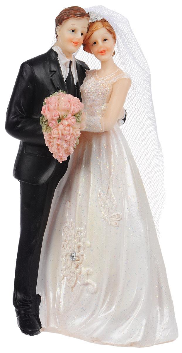 Фигурка декоративная Win Max Свадебная, высота 16 см127835Декоративная фигурка Win Max Свадебная изготовлена из полистоуна. Изделие представляет собой фигурку жениха и невесты. Такая фигурка идеально впишется в свадебный интерьер в качестве украшения свадебного торта и будет радовать вас своим видом в самый важный день в вашей жизни. Высота фигурки: 16 см.