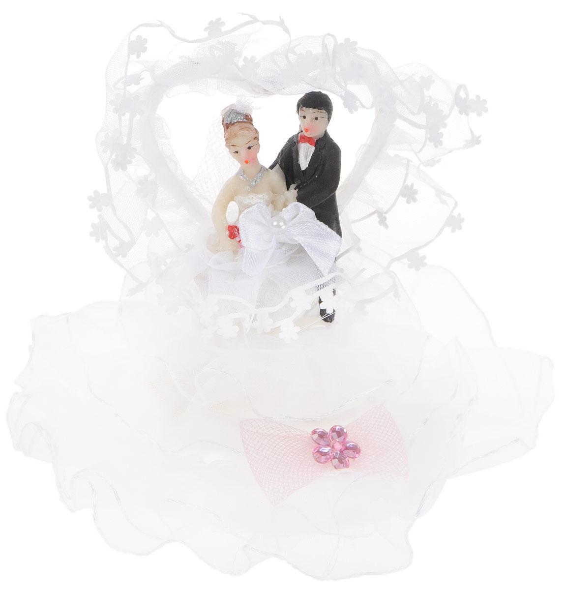 Фигурка декоративная Win Max Жених и невеста, высота 10 см27903Декоративная фигурка Win Max Жених и невеста изготовлена из полистоуна и текстиля. Изделие представляет собой круглую подставку с фигурками жениха и невесты, украшенных тесьмой и стразами. Такая фигурка идеально впишется в свадебный интерьер и будет радовать вас своим видом в самый важный день в вашей жизни. Высота фигурки: 10 см.