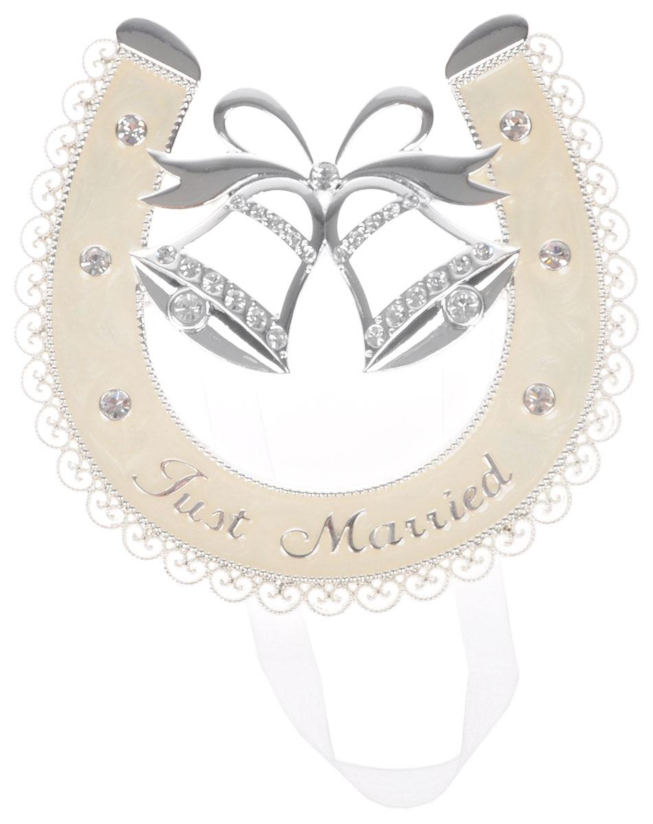 Украшение подвесное Bianco Sole Подкова, 12 х 11см. 264093264093Украшение подвесное Bianco Sole Подкова изготовлено из металла (сплав цинка). Изделие представляет собой подкову с колокольчиками, украшенную стразами и надписью Just Married. Такое украшение идеально впишется в свадебный интерьер и будет радовать вас своим видом в самый важный день в вашей жизни. Размер фигурки: 12 х 10 см.