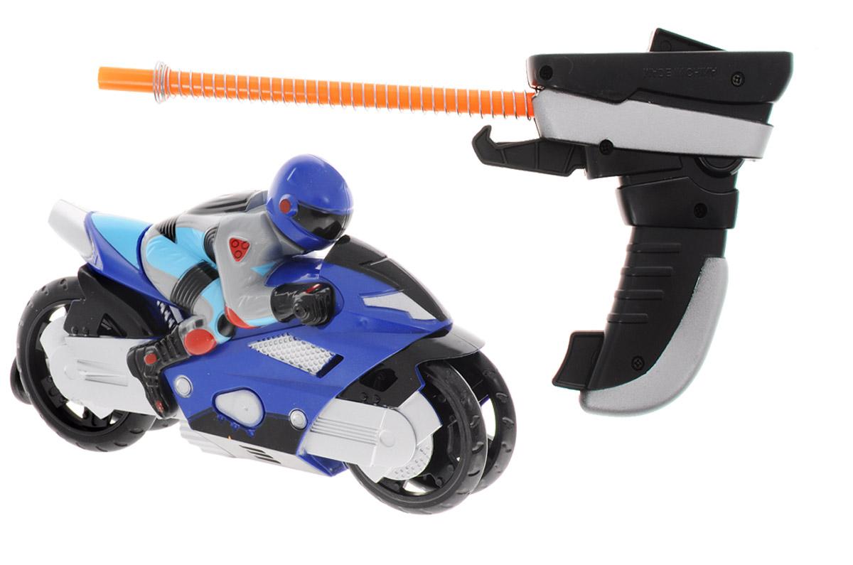 Big Motors Мотоцикл Гонщик цвет синий6009A_синийМотоцикл Big Motors Гонщик будет отличным подарком юному гонщику. Пусковое устройство внешне похоже на джойстик с трубкой, на которую намотана пружина, и крючком. На задней части мотоцикла есть отверстие: к нему присоединятся трубка (происходит сжатие пружины), и фиксируется крючок. Джойстик с мотоциклом размещается на поверхности (для корректной работы игрушки - желательно на твердой ровной поверхности без коврового покрытия), после чего нажимается кнопка на джойстике, и мотоцикл едет. Мотоцикл разгоняется на 7-8 метров.