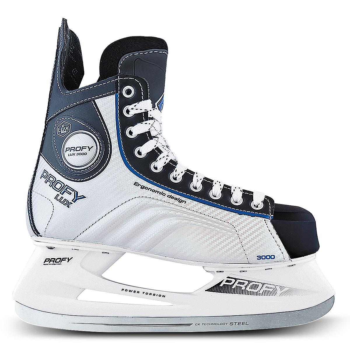 Коньки хоккейные мужские СК Profy Lux 3000, цвет: черный, серебряный, синий. Размер 44PROFY LUX 3000 Blue_44Стильные мужские коньки от CK Profy Lux 3000 Blue прекрасно подойдут для начинающих игроков в хоккей. Ботинок выполнен из морозоустойчивой искусственной кожи и резистентного ПВХ. Мыс дополнен вставкой, которая защитит ноги от ударов. Внутренний слой и стелька изготовлены из мягкого трикотажа, который обеспечит тепло и комфорт во время катания, язычок - из войлока. Плотная шнуровка надежно фиксирует модель на ноге. Голеностоп имеет удобный суппорт. По бокам, на язычке и заднике коньки декорированы принтом и тиснением в виде логотипа бренда. Подошва - из твердого пластика. Стойка выполнена из ударопрочного поливинилхлорида. Лезвие из углеродистой нержавеющей стали обеспечит превосходное скольжение.