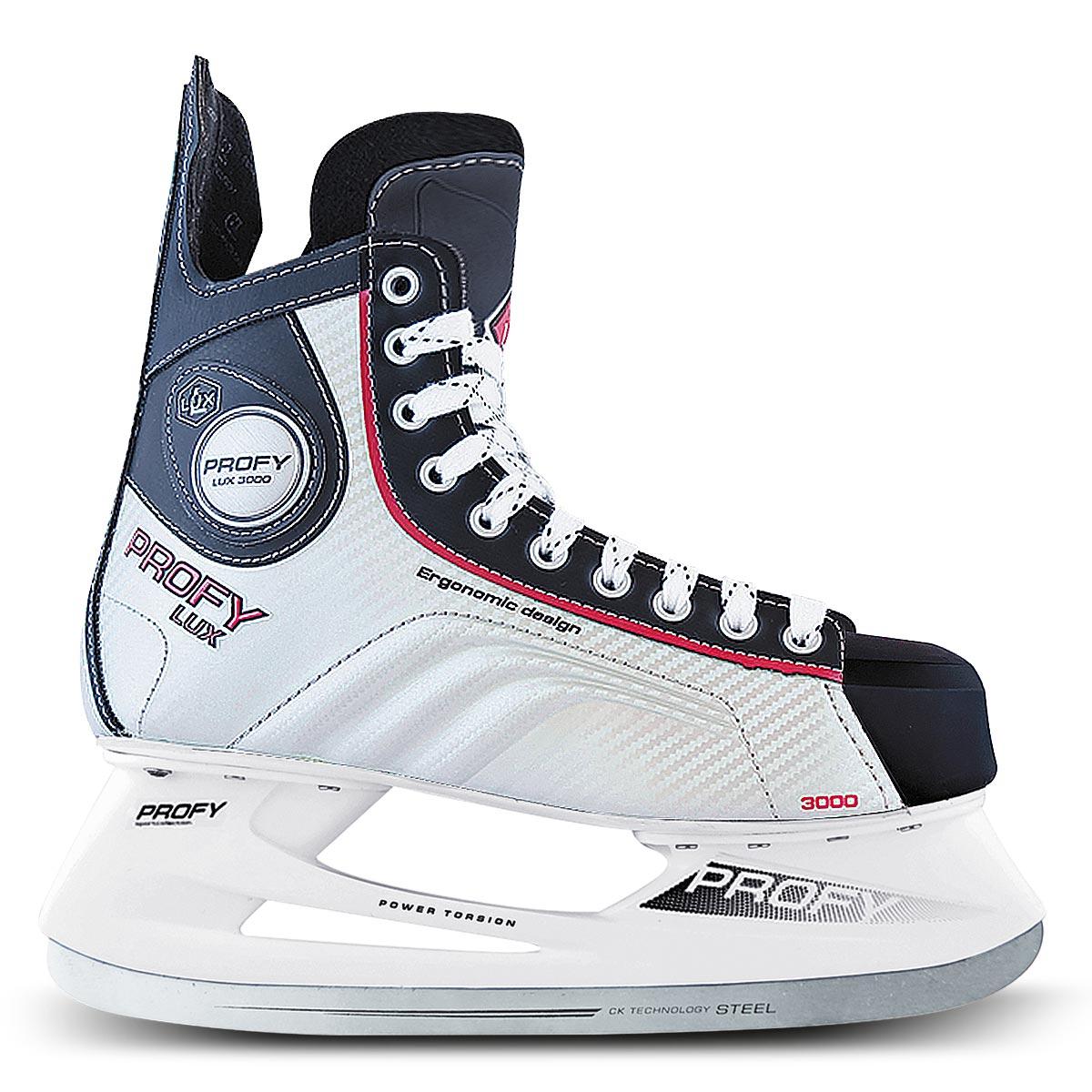 Коньки хоккейные мужские СК Profy Lux 3000, цвет: черный, серебряный, красный. Размер 46PROFY LUX 3000 Red_46Стильные коньки от CK Profy Lux 3000 Blue прекрасно подойдут для начинающих игроков в хоккей. Ботинок выполнен из морозоустойчивой искусственной кожи и ПВХ с высокой, плотной колодкой и усиленным задником, обеспечивающим боковую поддержку ноги. Мыс дополнен вставкой, которая защитит ноги от ударов. Внутренний слой и стелька изготовлены из мягкого трикотажа, который обеспечит тепло и комфорт во время катания, язычок - из войлока. Плотная шнуровка надежно фиксирует модель на ноге. Голеностоп имеет удобный суппорт. По бокам, на язычке и заднике коньки декорированы принтом и тиснением в виде логотипа бренда. Подошва - из твердого пластика. Стойка выполнена из ударопрочного поливинилхлорида. Лезвие из нержавеющей стали обеспечит превосходное скольжение. Оригинальные коньки придутся вам по душе.