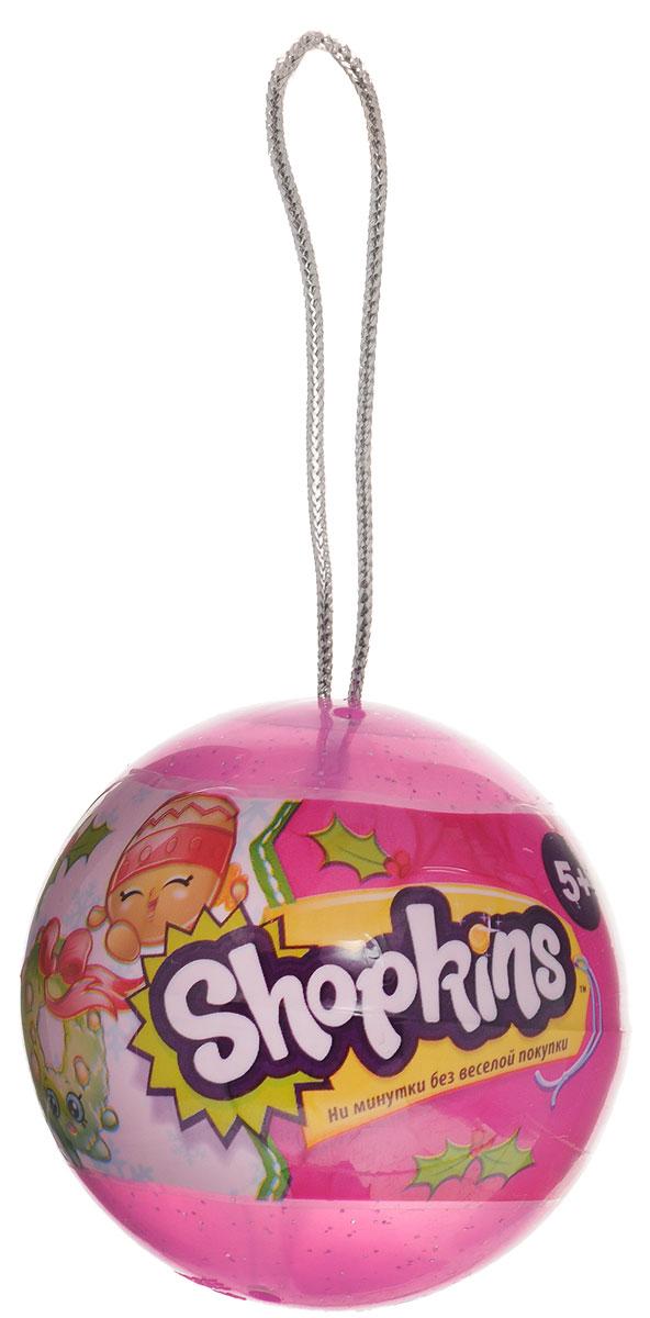 Shopkins Набор фигурок в елочном шаре 2 шт цвет розовый56259_розовыйДве фигурки Shopkins в елочном шаре - отличное приобретение для ребенка к празднику! Круглый шар с блестками висит на прочной серебристой веревочке, на которую его можно повесить как на новогоднюю елку, так и на любое другое место, чтобы украсить детскую комнату. Внутри шарика ребенок найдет две фигурки Shopkins и руководство коллекционера. Яркие фигурки выглядят очень жизнерадостными. Их добродушные мордашки с маленькими глазками и носиками обязательно привлекут внимание ребенка. Руководство коллекционера поможет понять, кто именно из героев находится в шарике.