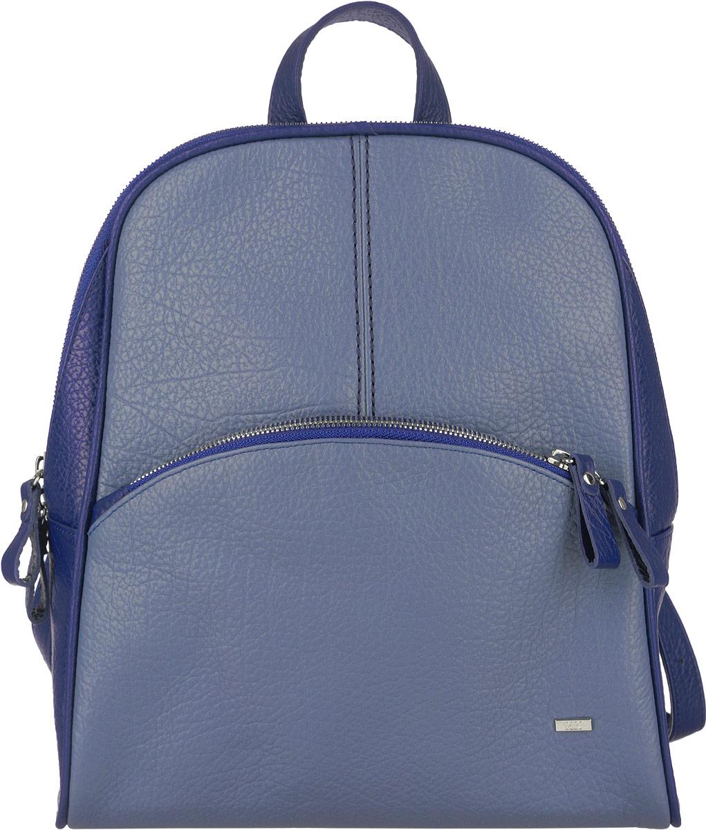 Рюкзак женский Esse Бритни, цвет: синий, голубой. GBYM2U-00ML13-FG409T-K100GBYM2U-00ML13-FG409T-K100Стильный женский рюкзак Esse Бритни выполнен из натуральной кожи и оформлен металлическим значком логотипа бренда. Модель предназначена для представительниц прекрасного пола, ведущих активный образ жизни. Изделие имеет одно основное отделение и застегивается на металлическую застежку-молнию с двумя бегунками. Внутри содержит прорезной карман на застежке-молнии и накладной открытый карман. Снаружи, на лицевой стороне изделия, расположен прорезной вместительный карман на застежке-молнии. Рюкзак оснащен удобными лямками регулируемой длины и петлей для подвешивания, которая также может служить ручкой для переноски в руке. Прилагается текстильный фирменный чехол для хранения. Оригинальный аксессуар позволит вам завершить образ и быть неотразимой.