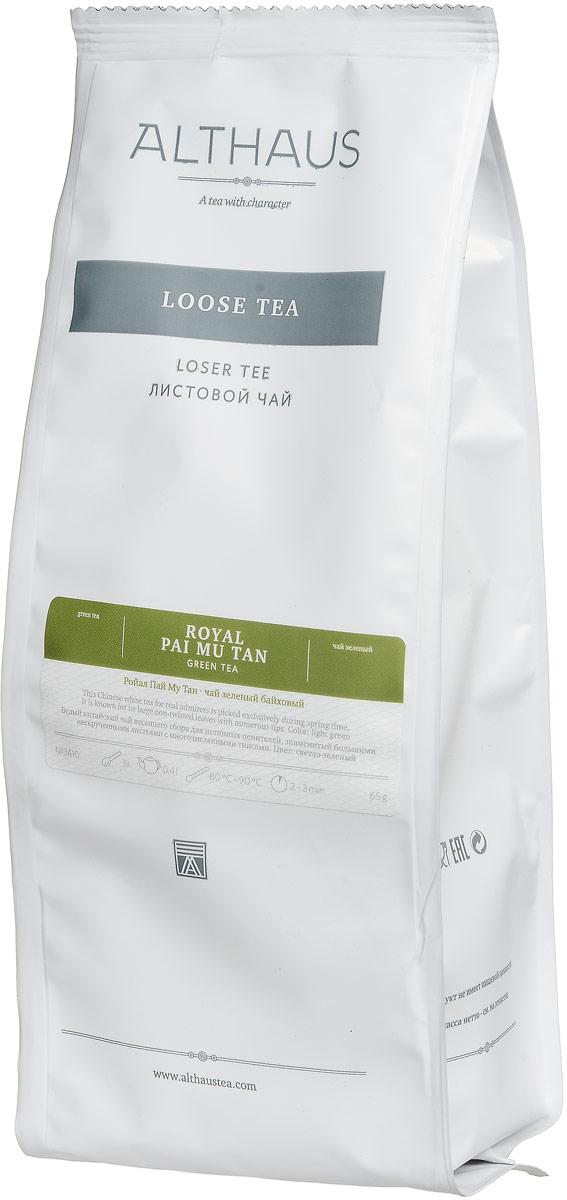 Althaus Royal Pai Mu Tan зеленый листовой чай, 65 гTALTHL-L00104Althaus Royal Pai Mu Tan (в переводе Белый пион) — наиболее популярный сорт китайского белого чая. Свое название этот чай получил из-за необычного внешнего вида. Пышные чаинки Royal Pai Mu Tan — ворсистые почки, окруженные нескрученными листочками, — сохраняют природное изящество и внешне напоминают маленькие цветочные бутоны. Белый чай собирается только весной. Он считается самым полезным и натуральным среди чаев, так как подвергается минимальной обработке. В Китае за этим напитком закрепилась слава эликсира бессмертия. Букет Royal Pai Mu Tan исключительно воздушный, но в то же время объемный: легкий цветочный аромат пиона сменяется теплыми фруктовыми оттенками, во вкусе присутствует едва заметная кислинка и очень тонкая пряность, дополняемая ярким сладковатым послевкусием. Оптимальная температура заваривания Royal Pai Mu Tan не более 80°С. Заваривать белый чай можно только мягкой водой. Температура воды: 80-90 °С Время заваривания: 2-3 мин Цвет в...