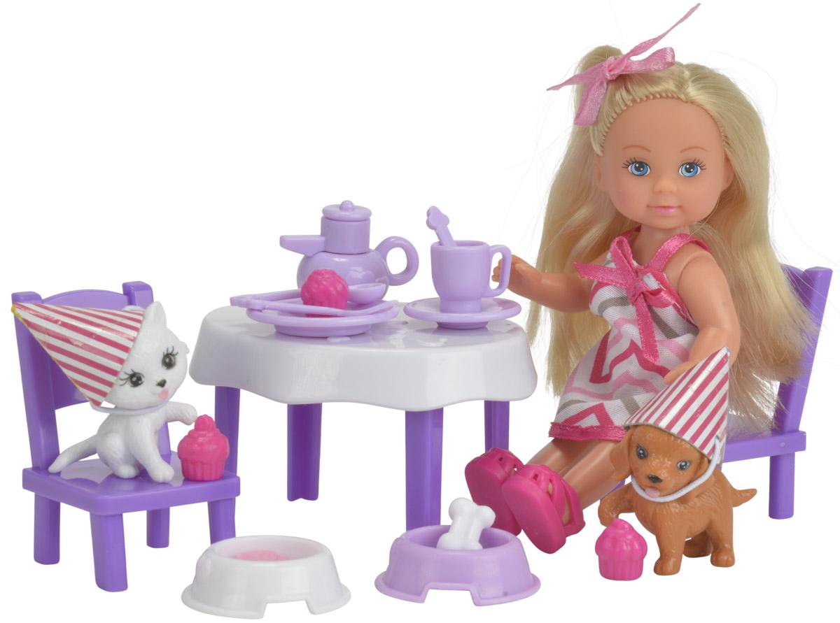 Simba Кукла Еви День рождение питомцев5732831Игровой набор Simba Еви. День рождение питомцев порадует любую девочку и надолго увлечет ее. Для празднования дня рождения для своих питомцев у куклы есть все необходимое: сами именинники, столик, 2 стула, 2 миски с угощениями для животных и другие кухонные аксессуары. Еви весело проводит время со своими любимыми питомцами. Малышка Еви одета в стильное полосатое платье и розовые ботиночки. Ее образ дополнен розовым бантиком на голове. Вашей дочурке непременно понравится заплетать длинные белокурые волосы куклы, придумывая разнообразные прически. Руки, ноги и голова куклы подвижны, благодаря чему ей можно придавать разнообразные позы. Игры с куклой способствуют эмоциональному развитию, помогают формировать воображение и художественный вкус, а также разовьют в вашей малышке чувство ответственности и заботы. Великолепное качество исполнения делают эту куколку чудесным подарком к любому празднику.