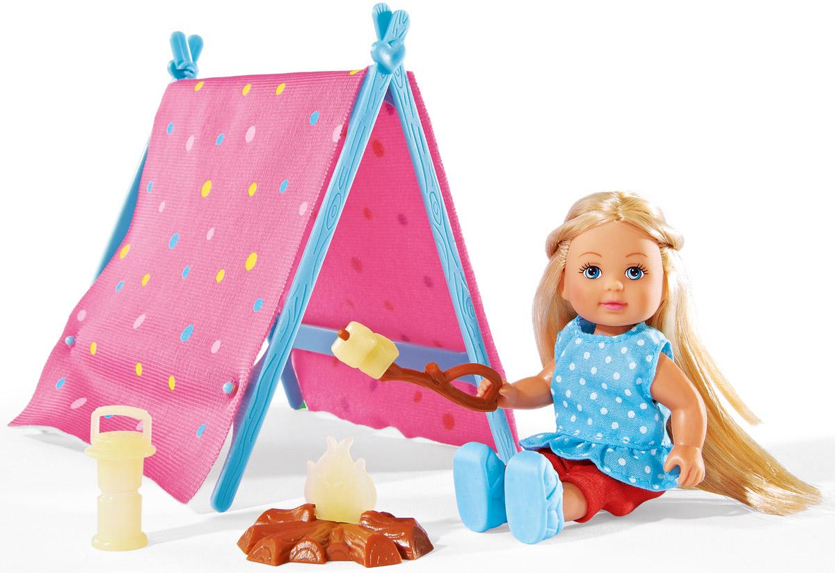 Simba Кукла Еви на кемпинге5732360Кукла Simba Еви на кемпинге порадует любую девочку и надолго увлечет ее. В комплект входит кукла Еви, палатка, фонарик, костер и шампур с едой. Аксессуары, находящиеся в комплекте, светятся в темноте. Малышка Еви одета в практичную походную форму, состоящую из штанишек, ботиночек и футболки. Вашей дочурке непременно понравится заплетать длинные белокурые волосы куклы, придумывая разнообразные прически. Руки, ноги и голова куклы подвижны, благодаря чему ей можно придавать разнообразные позы. Игры с куклой способствуют эмоциональному развитию, помогают формировать воображение и художественный вкус, а также разовьют в вашей малышке чувство ответственности и заботы. Великолепное качество исполнения делают эту куколку чудесным подарком к любому празднику.