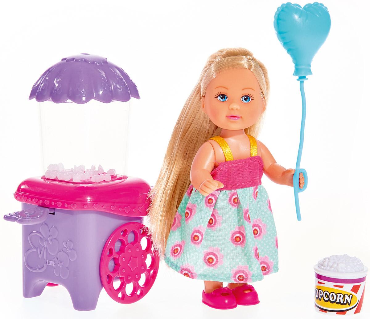 Simba Кукла Еви с попкорном5738058Игровой набор с куклой Simba Еви с попкорном порадует любую девочку и надолго увлечет ее. Для похода в парк развлечения у куклы есть все необходимое: шарик и функциональная подвижная тележка для попкорна. Малышка Еви одета в красивое летнее платье, украшенное цветочками и в розовые ботиночки. В руках у нее большой голубой шарик в форме сердечка и емкость с попкорном. Вашей дочурке непременно понравится заплетать длинные белокурые волосы куклы, придумывая разнообразные прически. Руки, ноги и голова куклы подвижны, благодаря чему ей можно придавать разнообразные позы. Игры с куклой способствуют эмоциональному развитию, помогают формировать воображение и художественный вкус, а также разовьют в вашей малышке чувство ответственности и заботы. Великолепное качество исполнения делают эту куколку чудесным подарком к любому празднику.