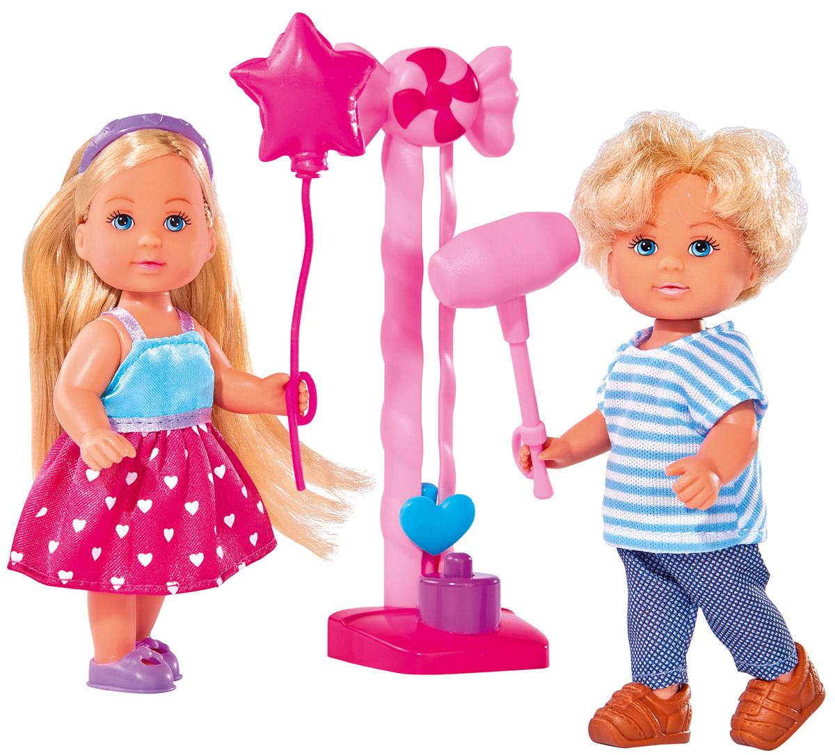 Simba Набор кукол Еви и Тимми на аттракционах5738059Набор кукол Simba Еви и Тимми на аттракционах порадует любую девочку и надолго увлечет ее. Еви и Тимми гуляют по парку аттракционов и весело проводят время. В комплекте есть все необходимое: молоток, воздушный шарик и аттракцион. Молотком можно ударять по специальной площадке, после чего индикатор покажет силу нанесенного удара. Обеим куклам в руки можно вставлять молоток или воздушный шарик. Еви одета в красивое платье розового цвета, которое декорировано сердечками, а на ногах - фиолетовые ботиночки. Также ее прическу украшает фиолетовый ободок. Тимми одет в штанишки синего цвета и полосатую футболку. Вашей дочурке непременно понравится заплетать длинные белокурые волосы куклы, придумывая разнообразные прически. Руки, ноги и голова кукол подвижны, благодаря чему им можно придавать разнообразные позы. Игры с куклами способствуют эмоциональному развитию, помогают формировать воображение и художественный вкус, а также разовьют в вашей малышке...