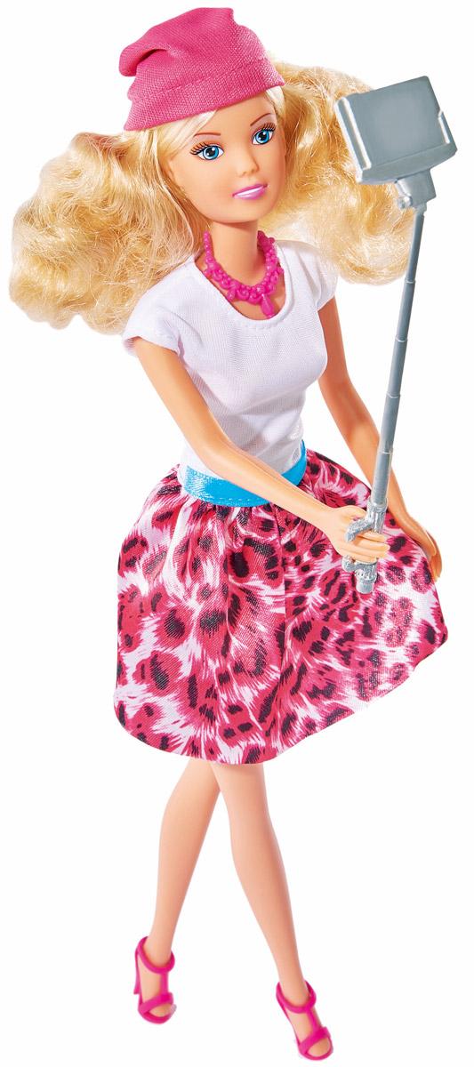 Simba Кукла Штеффи с селфи палкой5738049Кукла Simba Штеффи с селфи палкой надолго займет внимание вашей малышки и подарит ей множество счастливых мгновений. Штеффи одета в модную яркую одежду. Наряд дополняют удобные розовые босоножки и шапочка. Чудесные длинные волосы куклы так весело расчесывать и создавать из них всевозможные прически, плести косички, жгутики и хвостики. К руке куклы можно прикрепить селфи палку для снимков. Кукла изготовлена из прочного и безопасного материала. Ее голова, руки и ноги подвижны, что позволяет придавать ей разнообразные позы. Благодаря играм с куклой, ваша малышка сможет развить фантазию и любознательность, овладеть навыками общения и научиться ответственности, а дополнительные аксессуары сделают игру еще увлекательнее. Порадуйте свою принцессу таким прекрасным подарком!