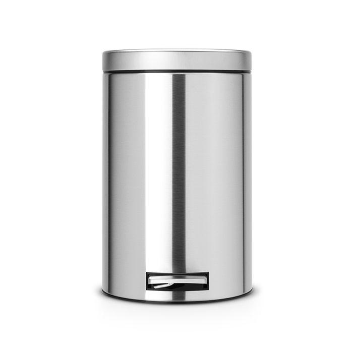 Ведро для мусора с педалью Brabantia 12л МС, цвет: матовая сталь с защитой от отпечатков пальцев479526Педальный бак Brabantia на 12 л поистине универсален и идеально подходит для использования на кухне или в гостиной. Достаточно большой для того, чтобы вместить весь мусор, при этом достаточно компактный для того, чтобы аккуратно разместиться под рабочим столом. Механизм MotionControl обеспечивает мягкое действие педали и бесшумное открывание крышки; Удобный в использовании - при открывании вручную крышка фиксируется в открытом положении, закрывается нажатием педали; Надежный педальный механизм, высококачественные коррозионно-стойкие материалы; Удобная очистка - прочное съемное внутреннее пластиковое ведро; Предохранение пола от повреждений - пластиковое защитное основание; Всегда опрятный вид - идеально подходящие по размеру мешки для мусора с завязками (размер C); 10-летняя гарантия Brabantia.